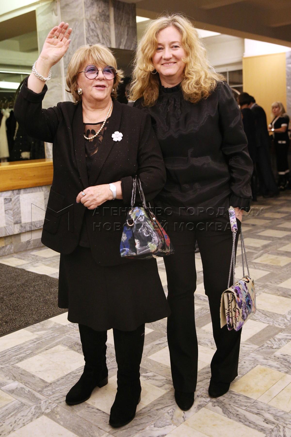 Режиссер Алла Сурикова (слева) перед началом церемонии вручения национальной кинопремии России «Золотой орел».