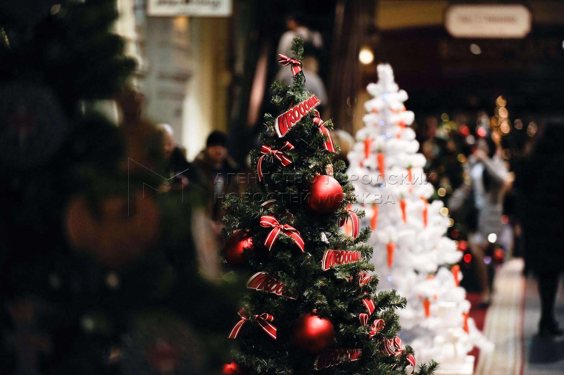 ГУМ и ярмарка на Красной площади в преддверии Нового года.