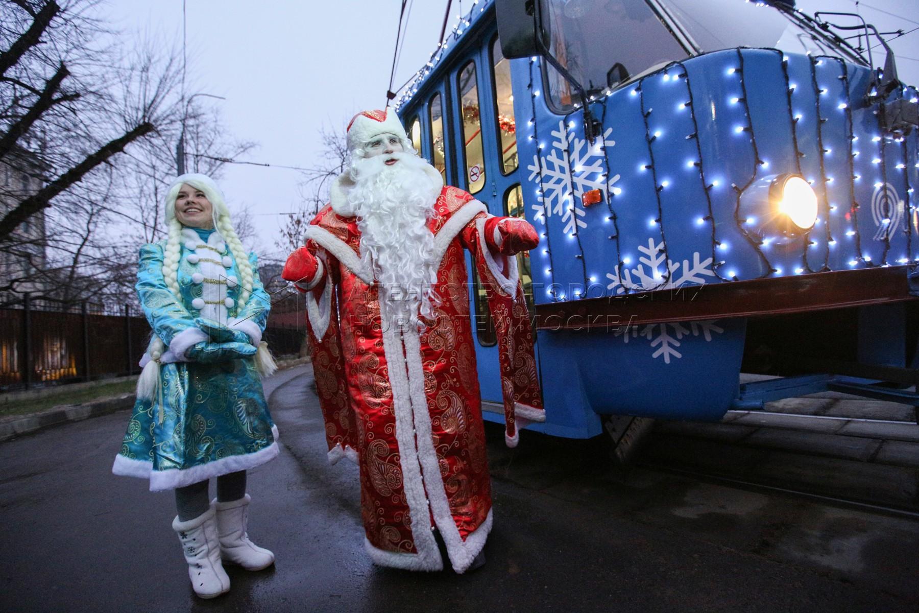 Новогодний трамвай на улицах Москвы.