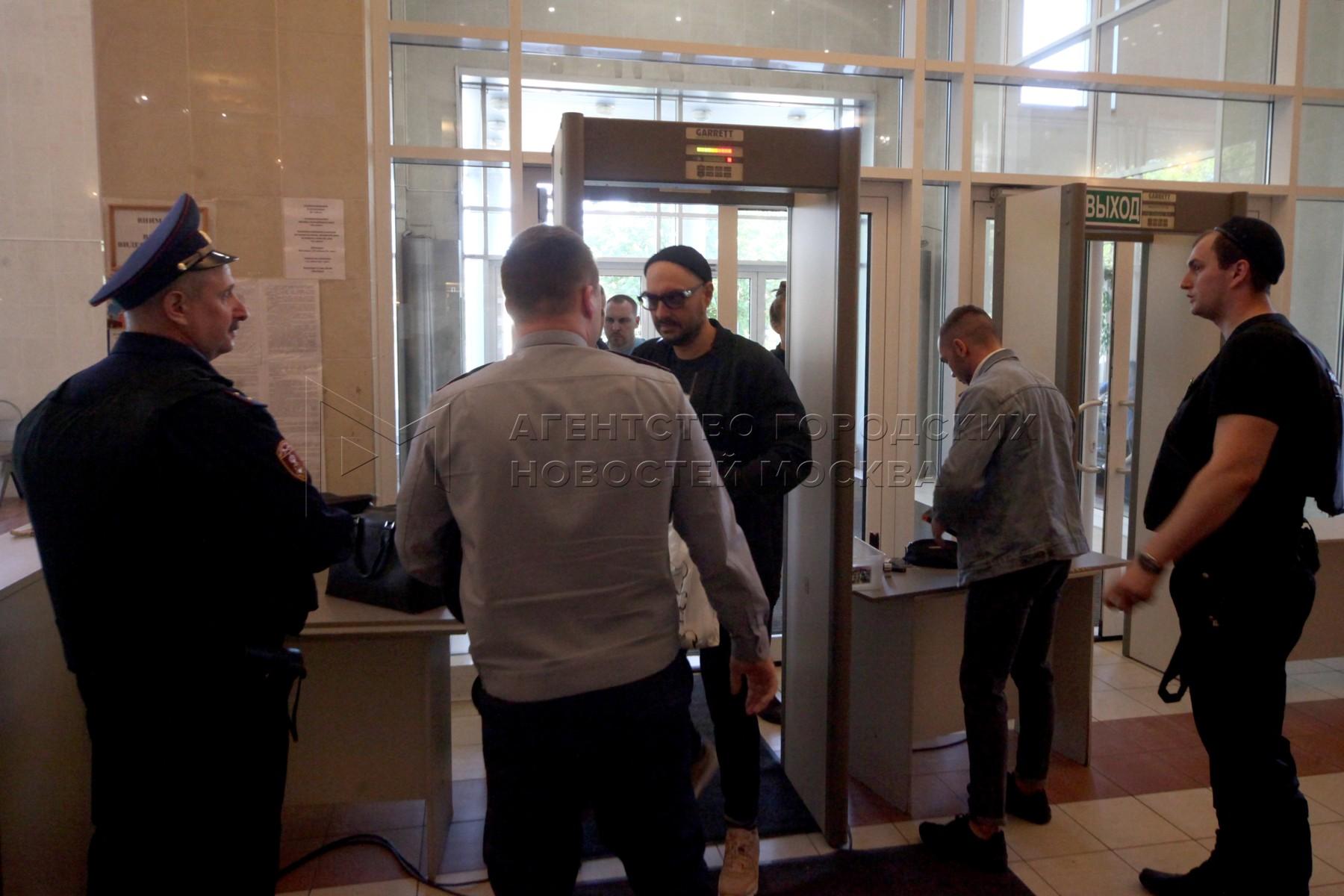 Режиссер Кирилл Серебренников (в центре), обвиняемый в мошенничестве в особо крупном размере, перед началом рассмотрения аппеляционной жалобы на продлении срока домашнего ареста, в Мосгорсуде.
