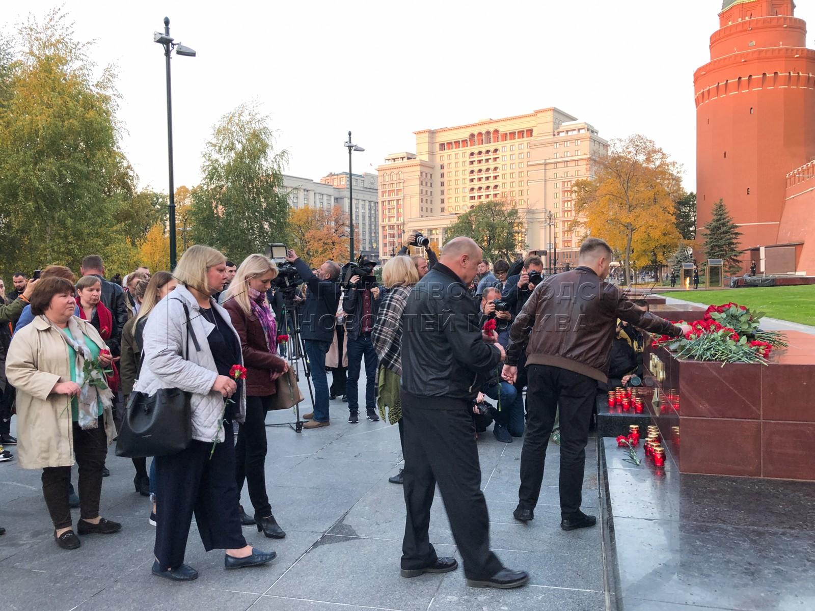 Автор фото: Мобильный репортер. Цветы в память о погибших при нападении на колледж в Керчи.