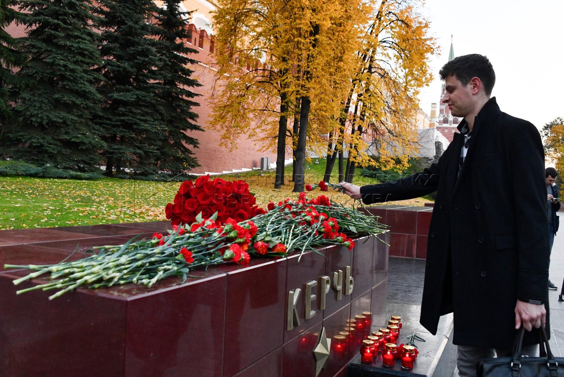 Автор фото: Иванко Игорь. Цветы в память о погибших при нападении на колледж в Керчи.