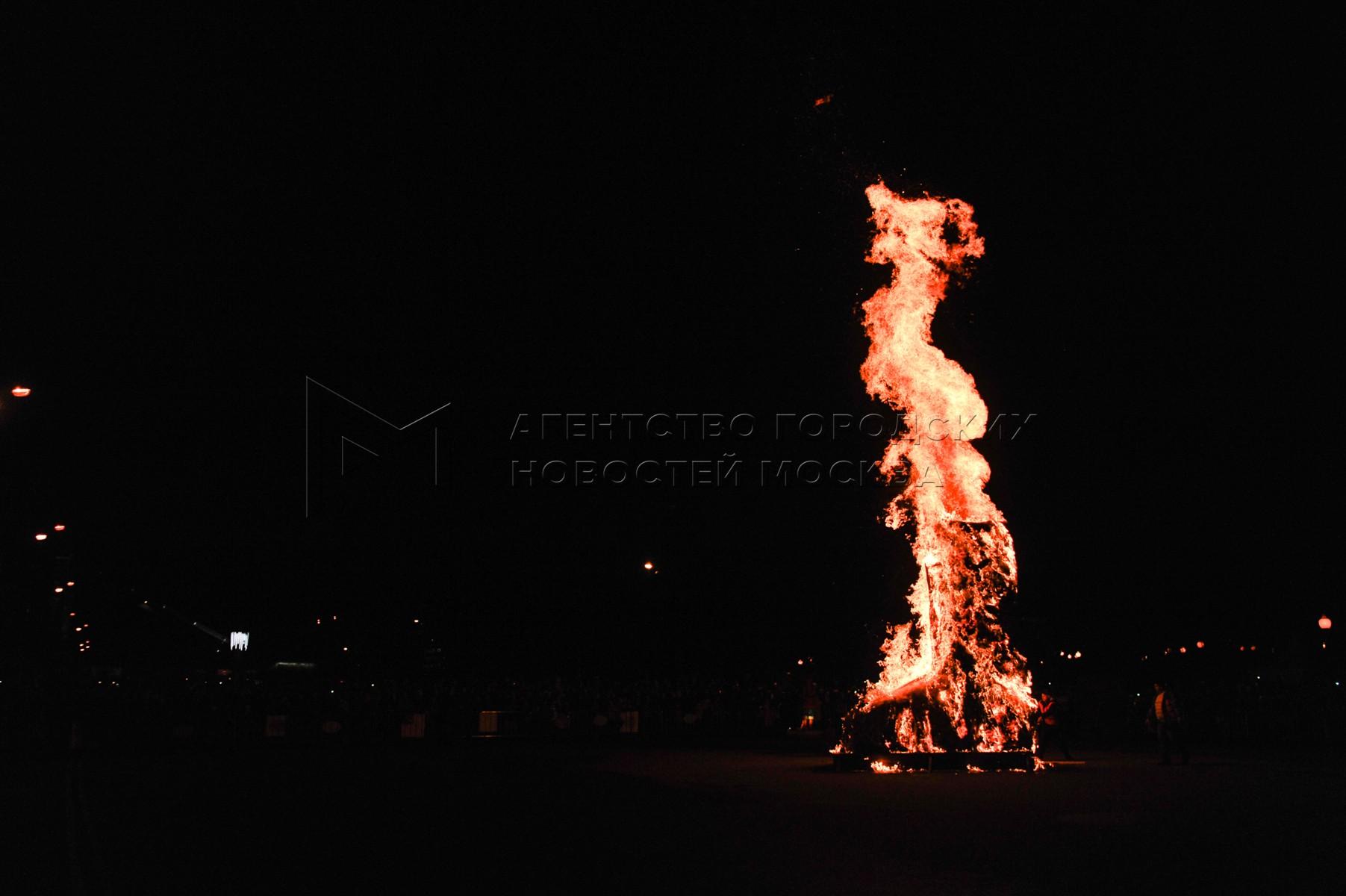 Сжигание пятиметрового валенка из соломы на площадке городских уличных мероприятий «Московские сезоны» в Парке Горького.