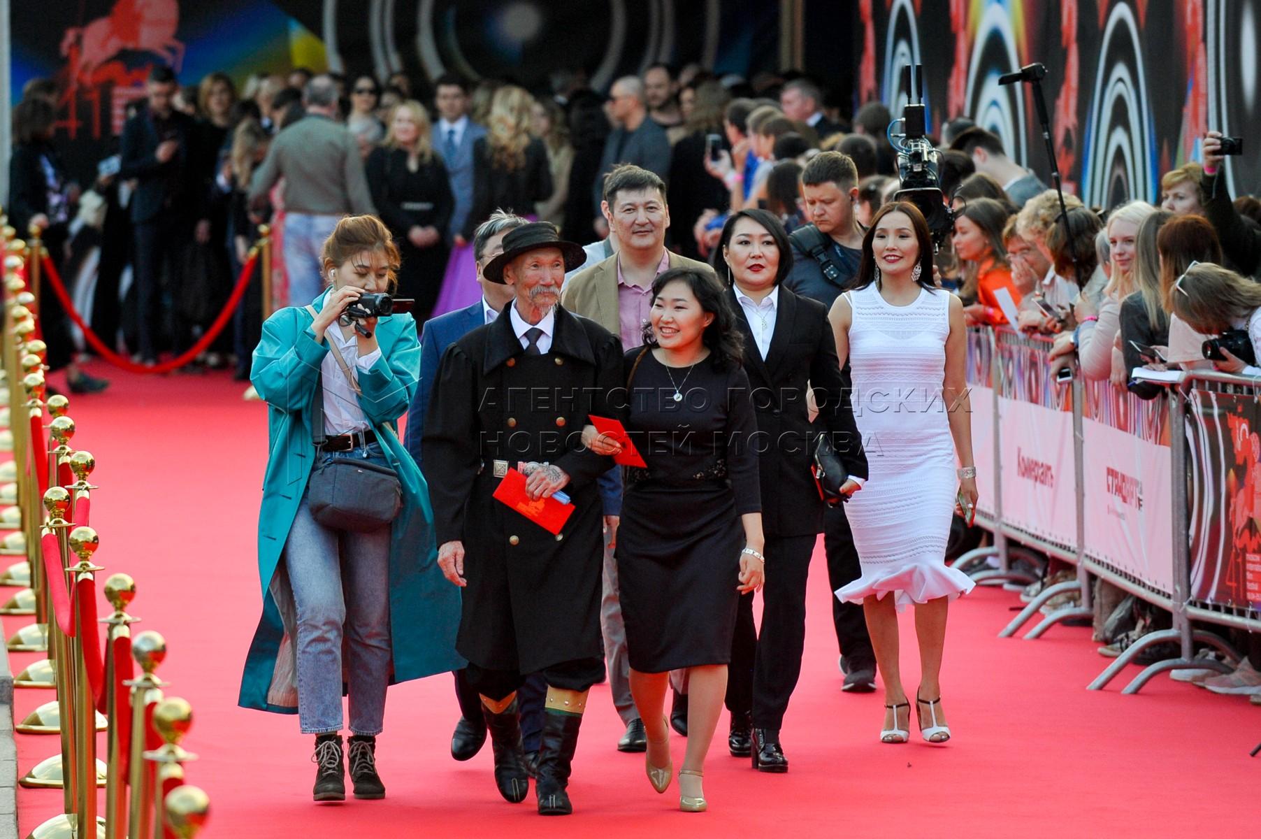 Съемочная группа фильма «Надо мною солнце не садится» перед началом церемонии закрытия 41-го Московского международного кинофестиваля.