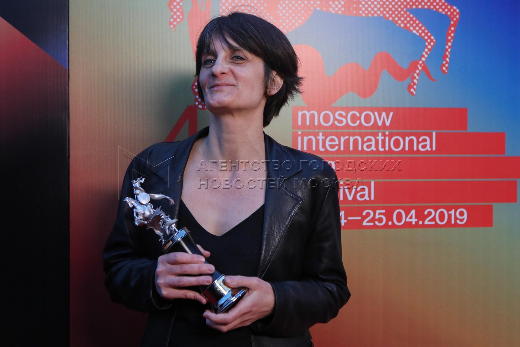 Заместитель советника по сотрудничеству и культуре посольства Франции в России Элизабет Браун, получившая награду за режиссера Дельфин Деложе, победившую в конкурсе короткометражного кино с фильмом «Тигр» на церемонии закрытия 41-го Московского международного кинофестиваля.