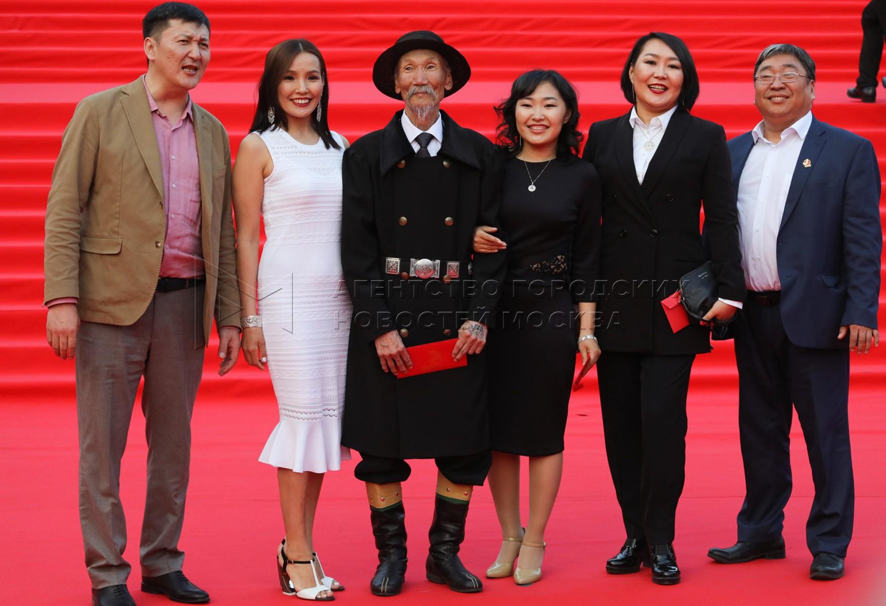 Съемочная группа фильма «Надо мною солнце не садится» на церемонии закрытия 41-го Московского международного кинофестиваля.