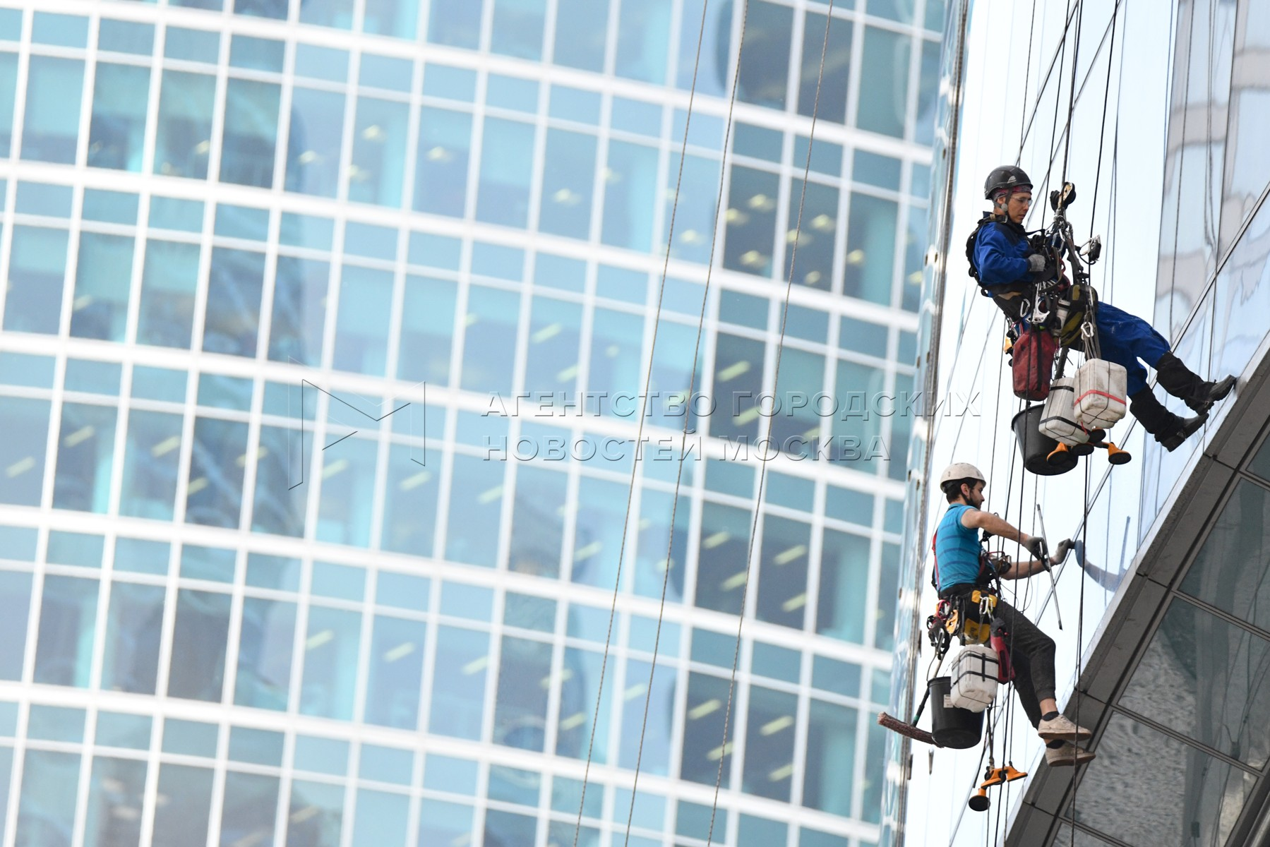 Мойка фасадов небоскреба «Восток» комплекса «Башня Федерация» в Московском международном деловом центре «Москва-Сити».