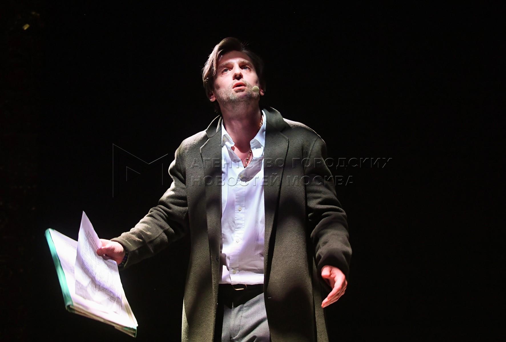 Актер Владимир Кошевой в сцене из спектакля «Высокая вода венецианцев» в московском театре «Школа современной пьесы».