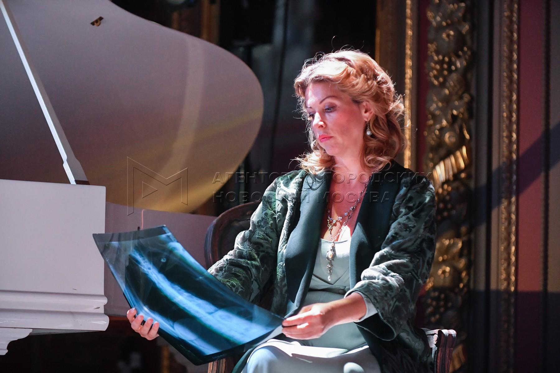 Пианистка Басиния Шульман в сцене из спектакля «Высокая вода венецианцев» в московском театре «Школа современной пьесы».