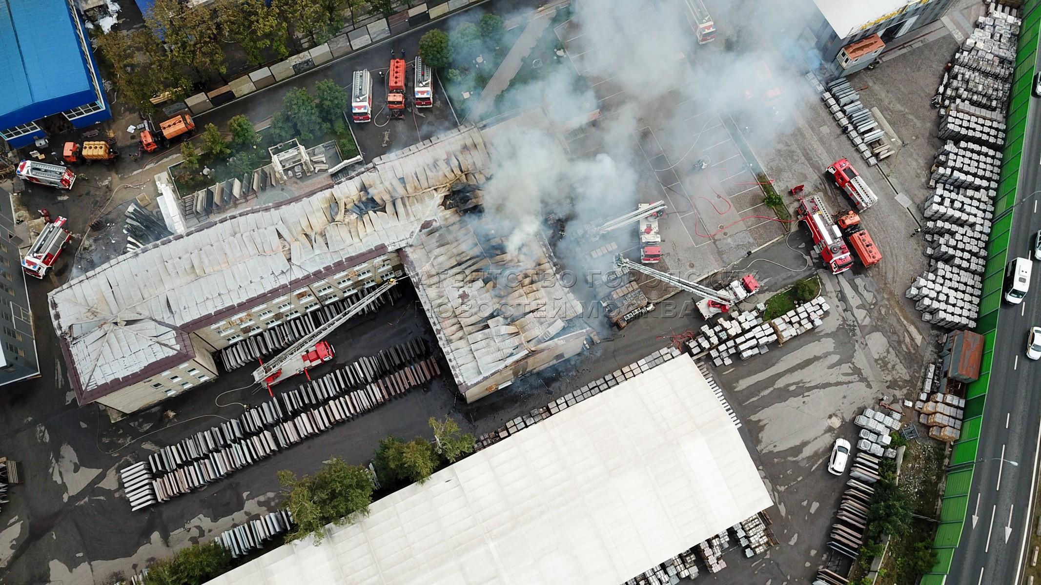Вид с квадрокоптера на работы оперативных служб в районе возгорания участка газопровода в Мытищах.