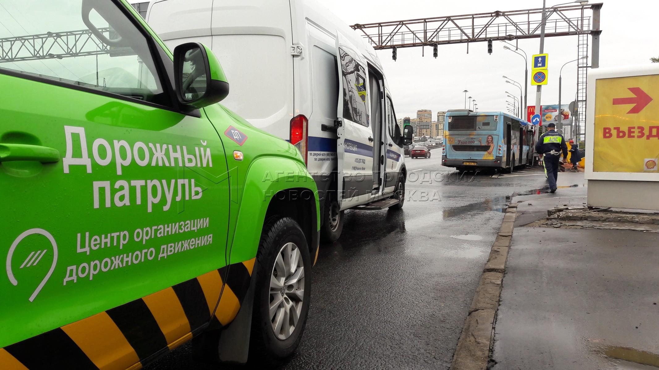 Последствия ДТП c участием рейсового автобуса, врезавшегося в мачту городского освещения после маневра Chevrolet Cruze  по адресу Ленинградское шоссе, д.71.