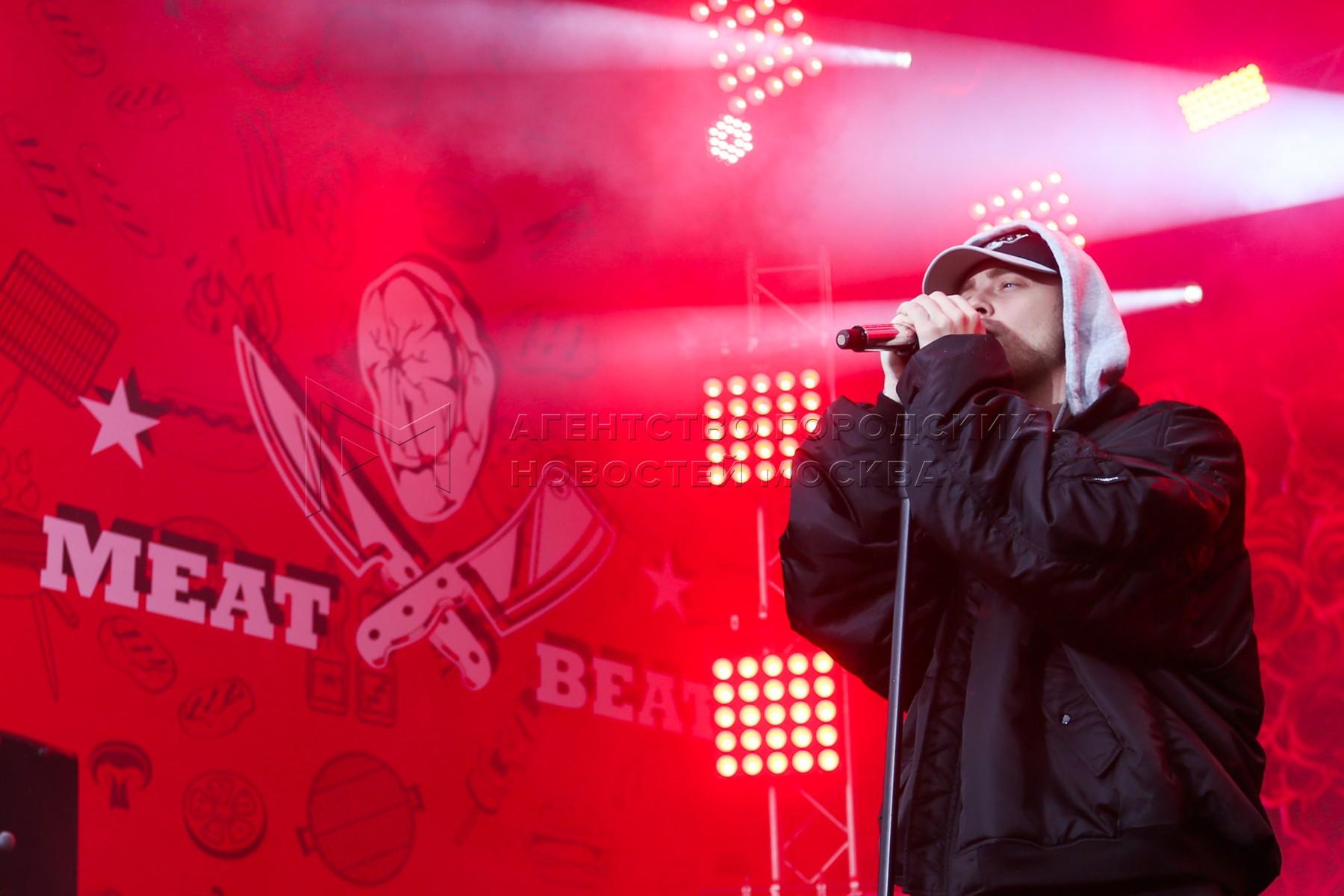 Певец Егор Крид во время выступления на музыкально-гастрономический фестиваль Meat&Beat в Парке Горького.