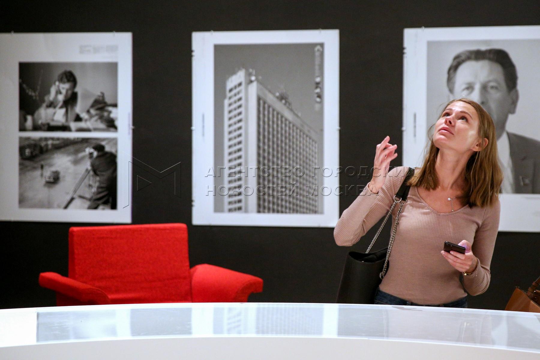 Предпоказ выставки номинантов Премии Кандинского в Московском музее современного искусства.