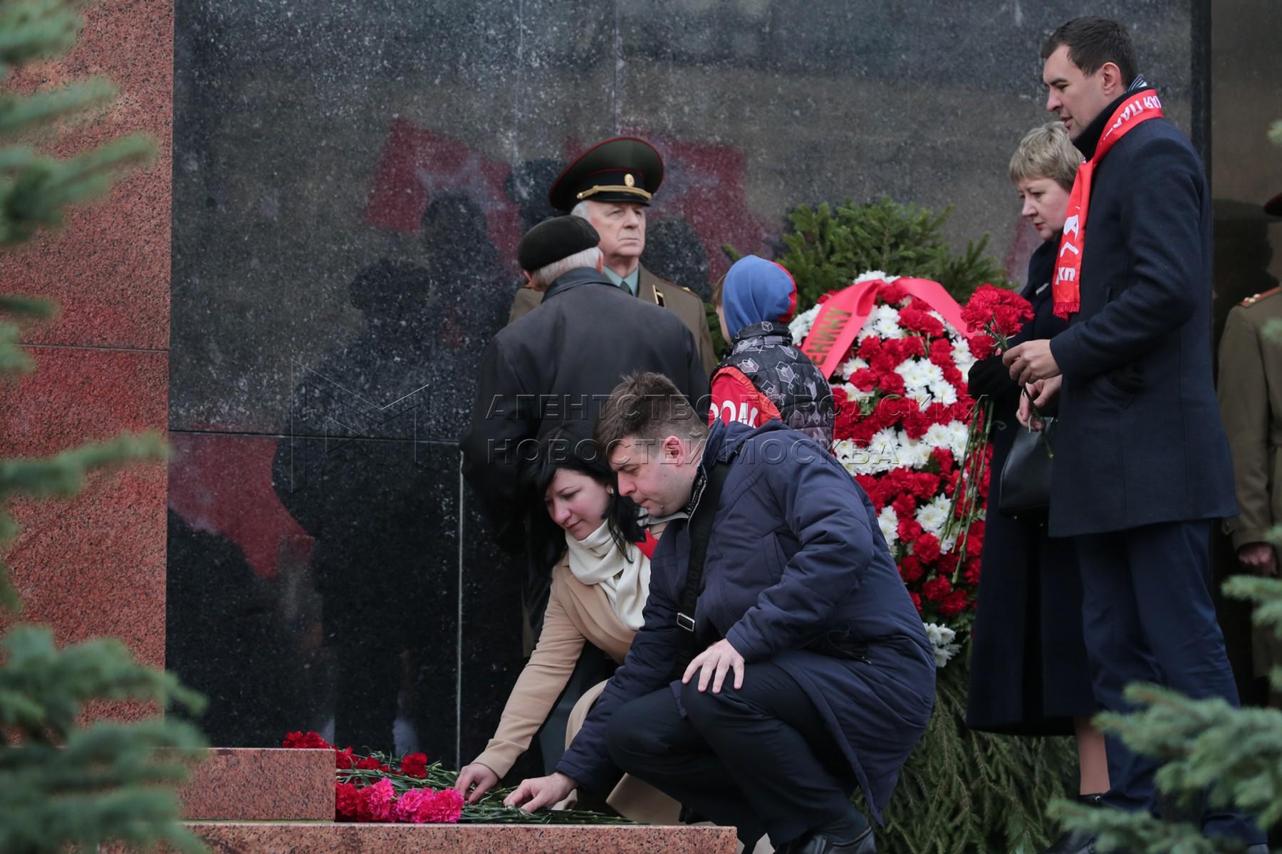Торжественная церемония возложения венков и цветов к Мавзолею Владимира Ленина на Красной площади.