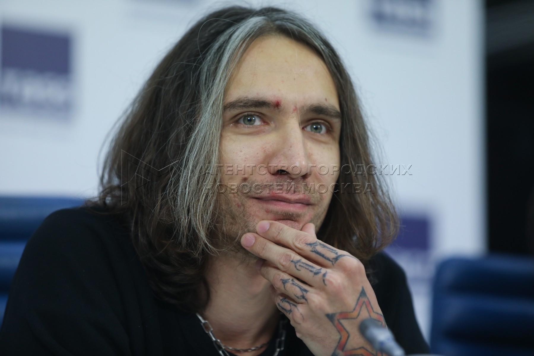Сын лидера группы «Кино» Виктора Цоя, рок-музыкант, композитор, гитарист Александр Цой во время пресс-конференции, посвященной концертам группы «Кино» в 2020 г.