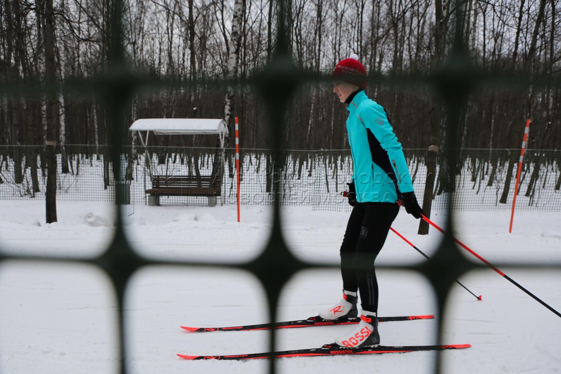 Лыжный отдых горожан в парках Москвы.