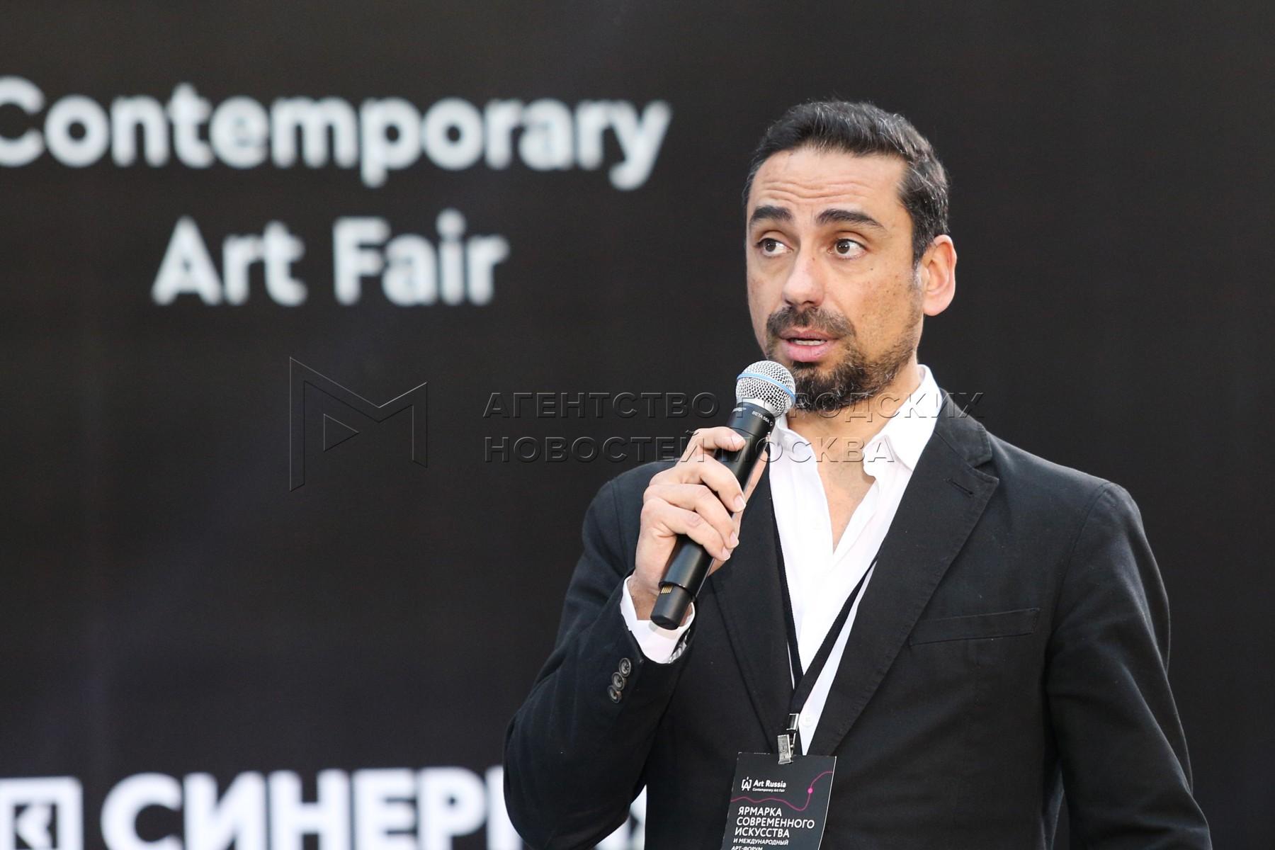 Директор арт-резиденции Pico do Refugio (Португалия) Луис Бернардо Брито на ярмарке современного искусства Art Russia и международный Арт-форум в Гостином дворе.