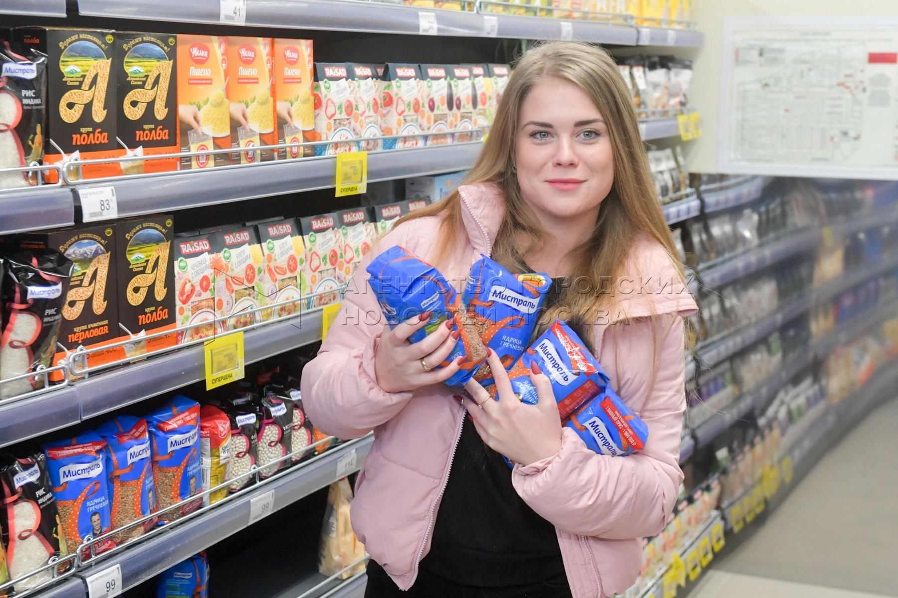 Покупка продуктов в магазине сети супермаркетов.