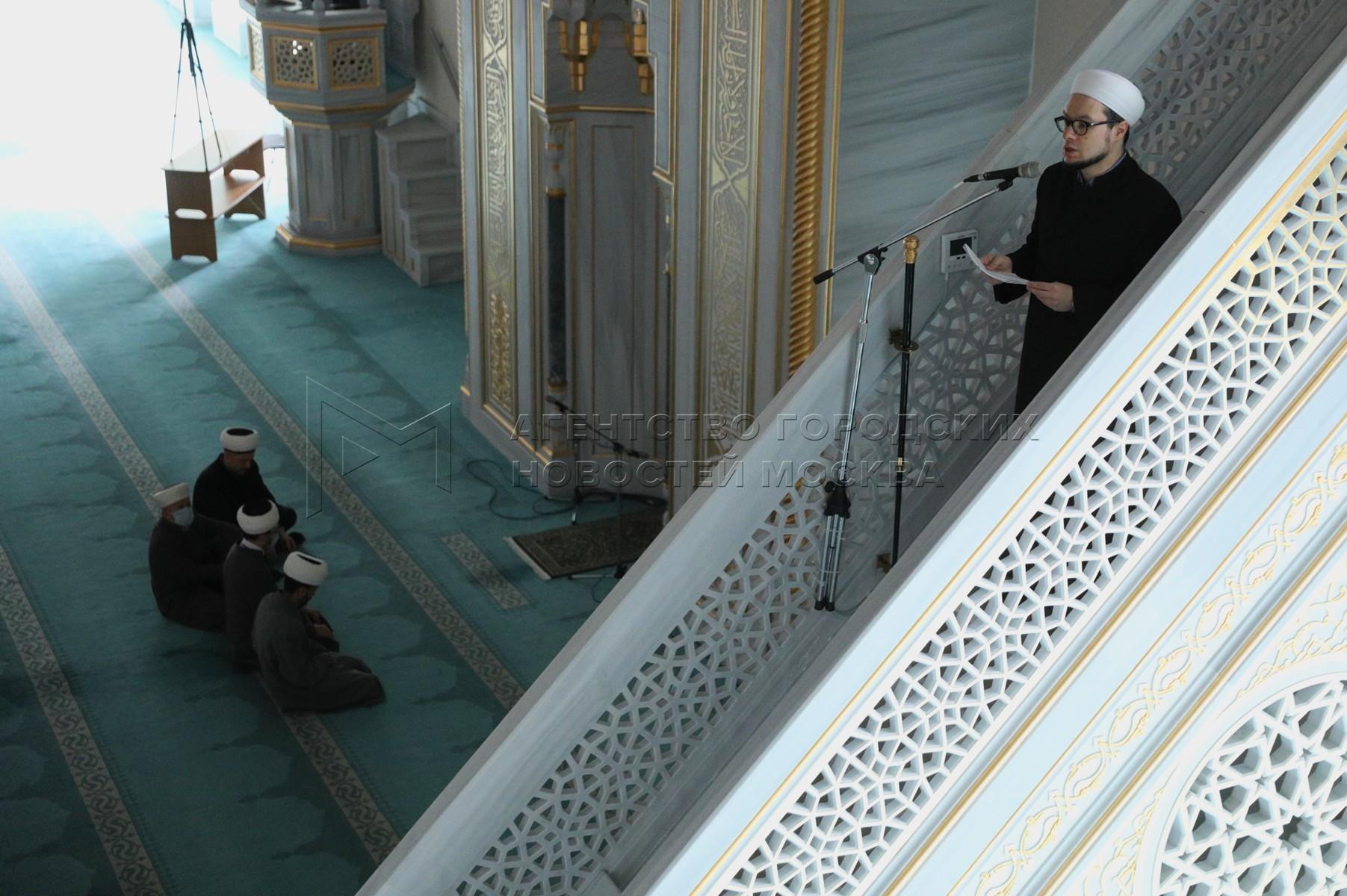 Проведение пятничной молитвы в Московской соборной мечети в режиме онлайн в связи с угрозой распространения коронавируса.