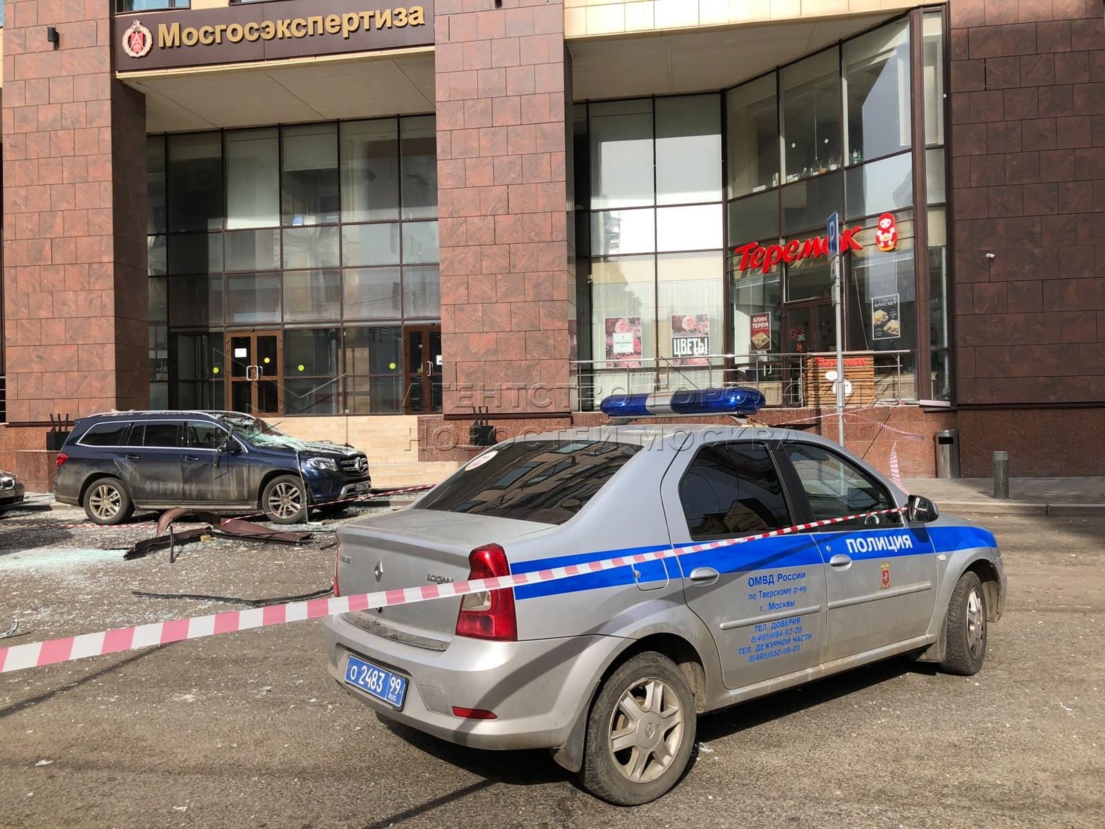 Оперативные службы около здания бизнес-центра «Панорама» по адресу ул. 2-я Брестская, д. 8, где произошел взрыв и возгорание.