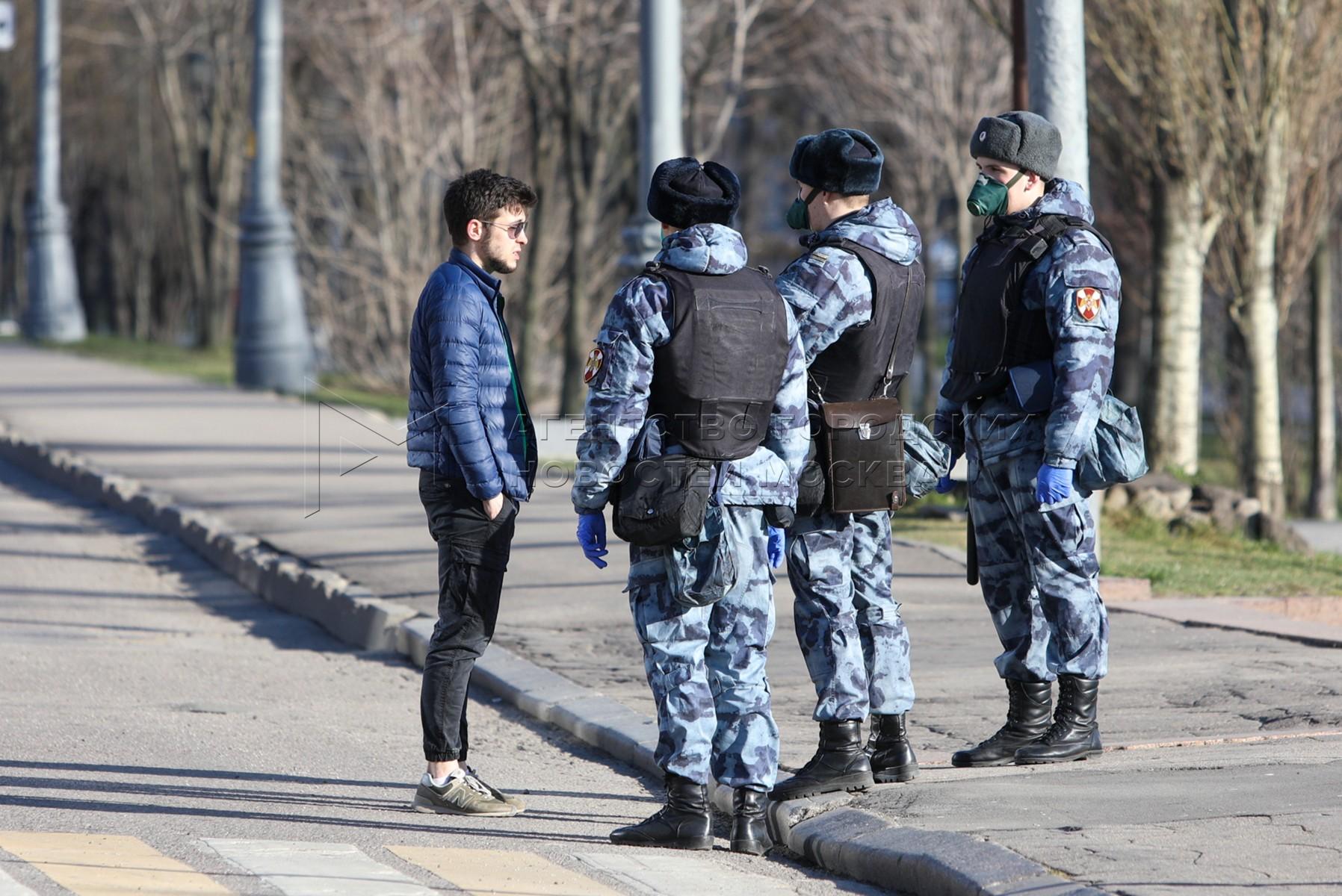 Профилактическая работа сотрудников Росгвардии с гражданами по соблюдению режима самоизоляции в Москве.
