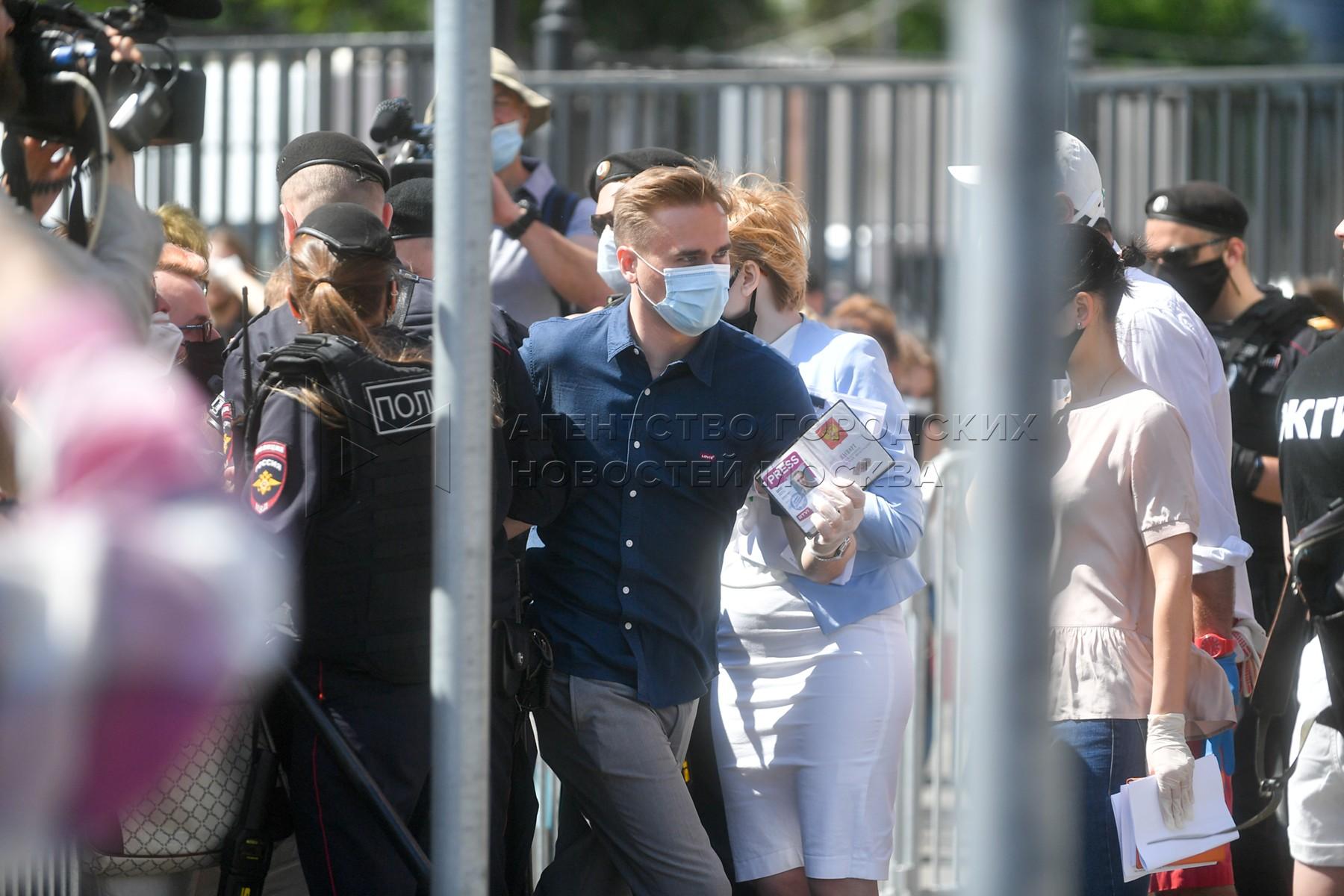 Обстановка около Мещанского суда Москвы во время оглашения приговора Кириллу Серебренникову по уголовному делу о хищении бюджетных средств, выделенных автономной некоммерческой организации «Седьмая студия».