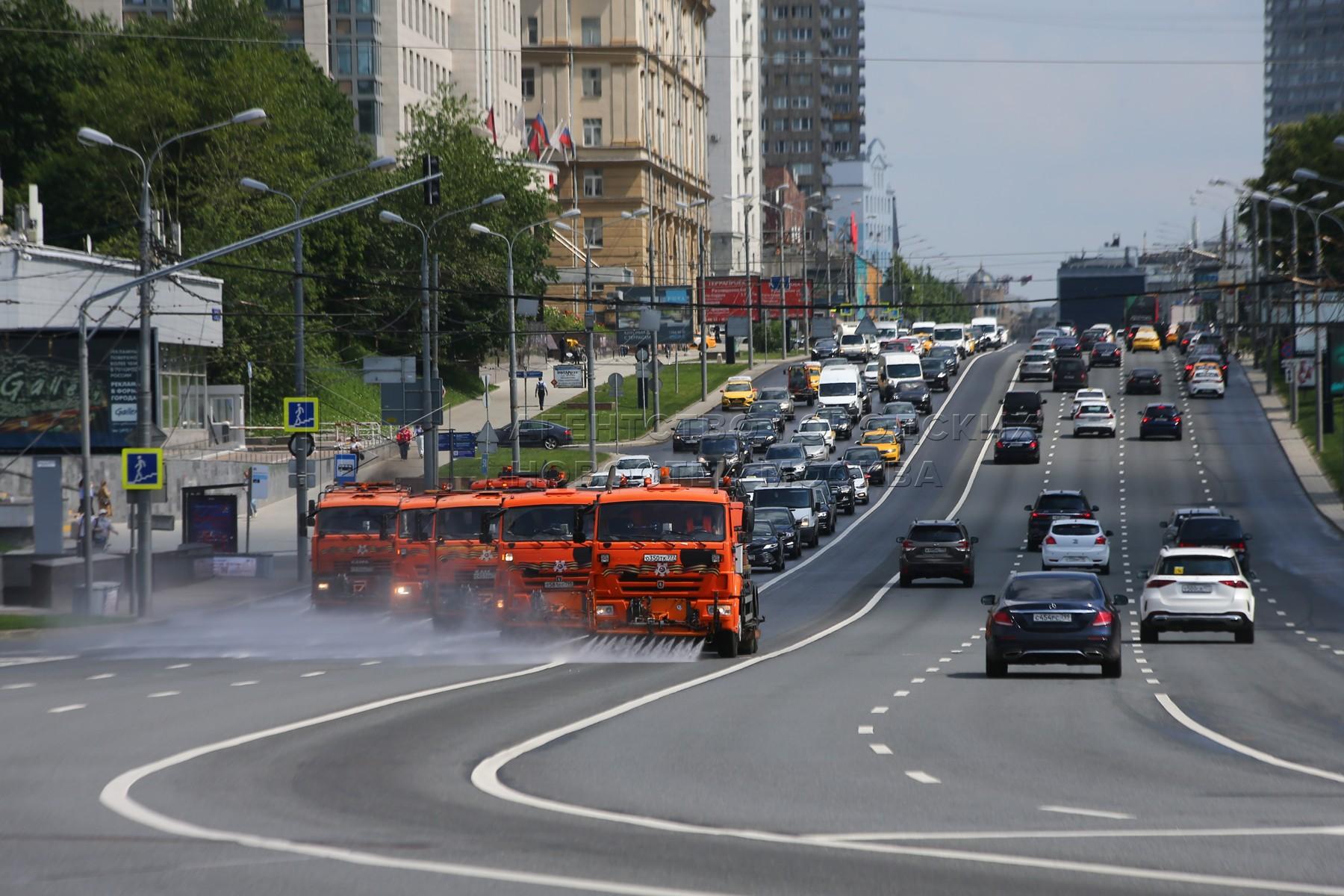 Промывка дорог в центре Москвы.