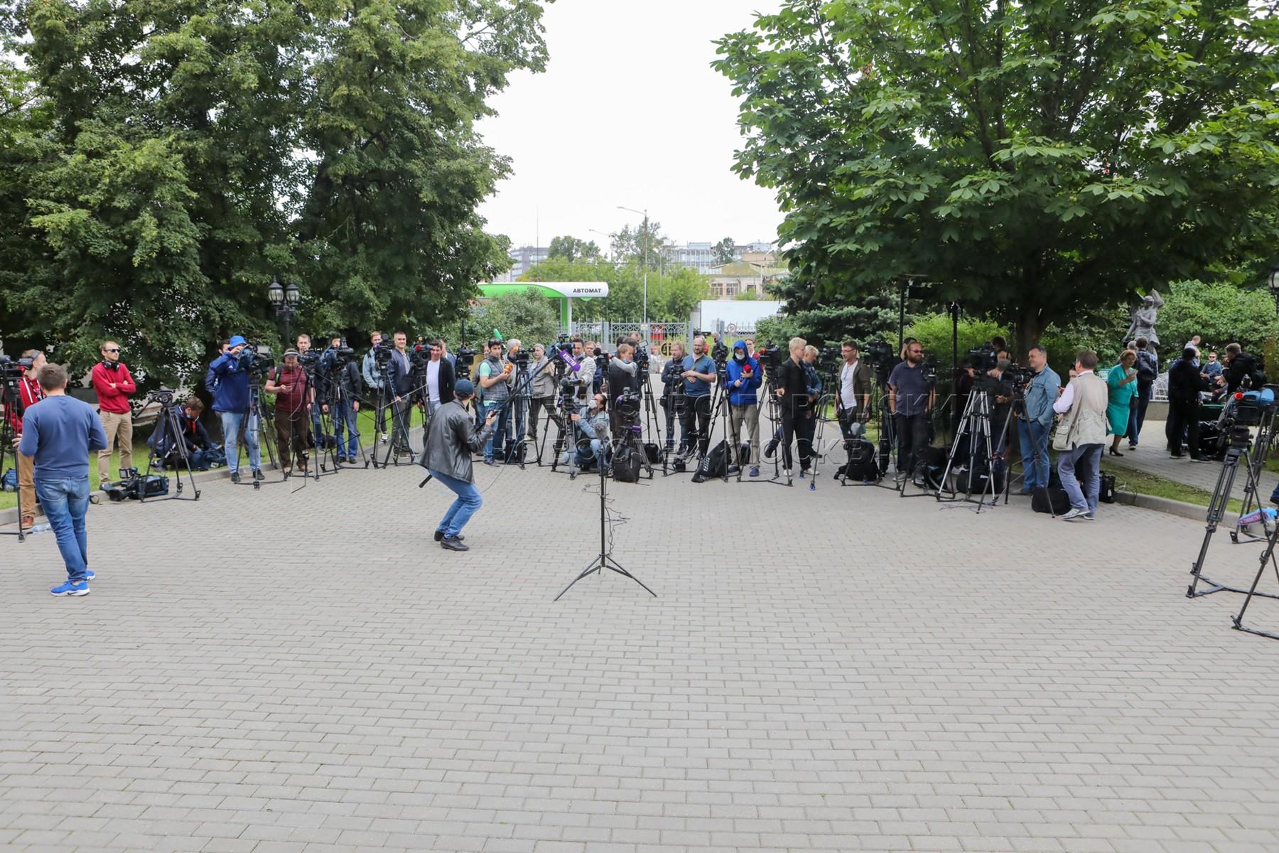 Адвокаты сестер Хачатурян, обвиняемых в убийстве отца, перед предварительным слушанием в Московском городском суде.