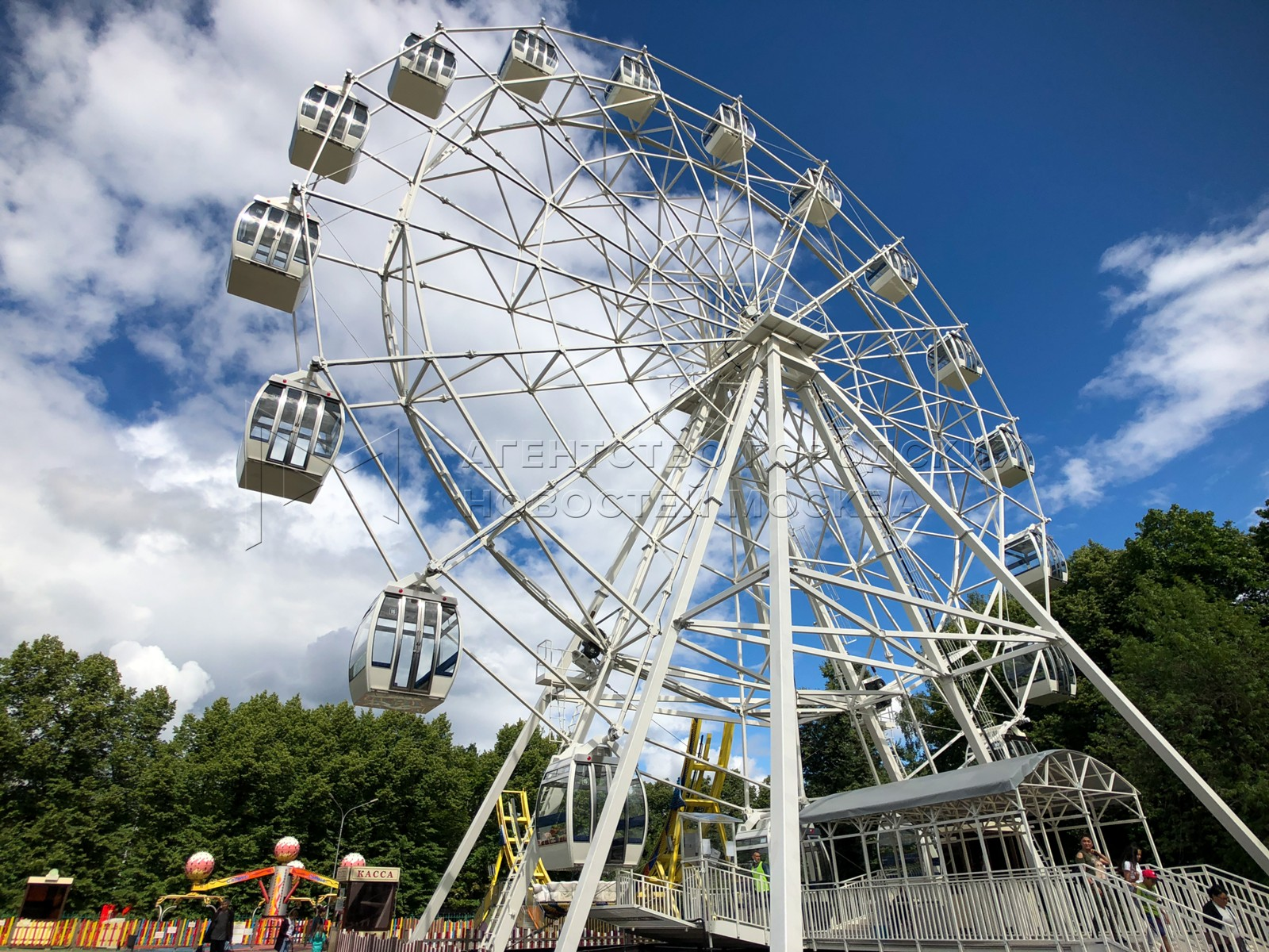 Колесо обозрения высотой с 12-этажный дом открыли в парке «Сокольники».