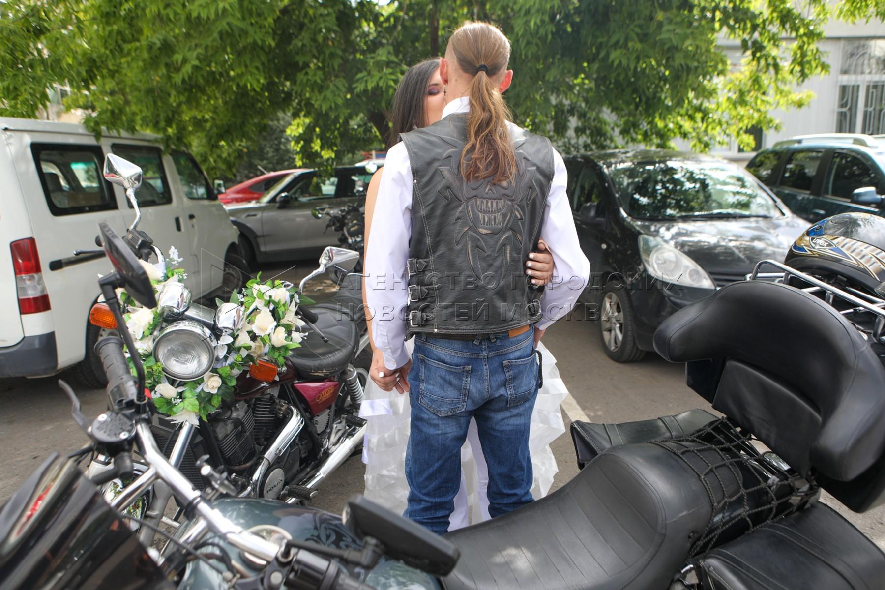 Байкерская свадьба в Дмитровском отделе ЗАГС в Москве.