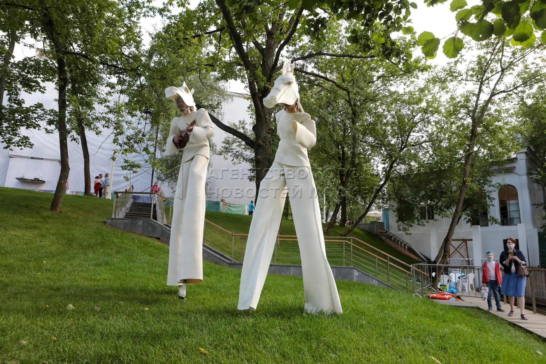 Перформанс на воде «Белый лес» театра «Эскизы в пространстве» в рамках праздничных мероприятий в честь 81-летия ВДНХ.