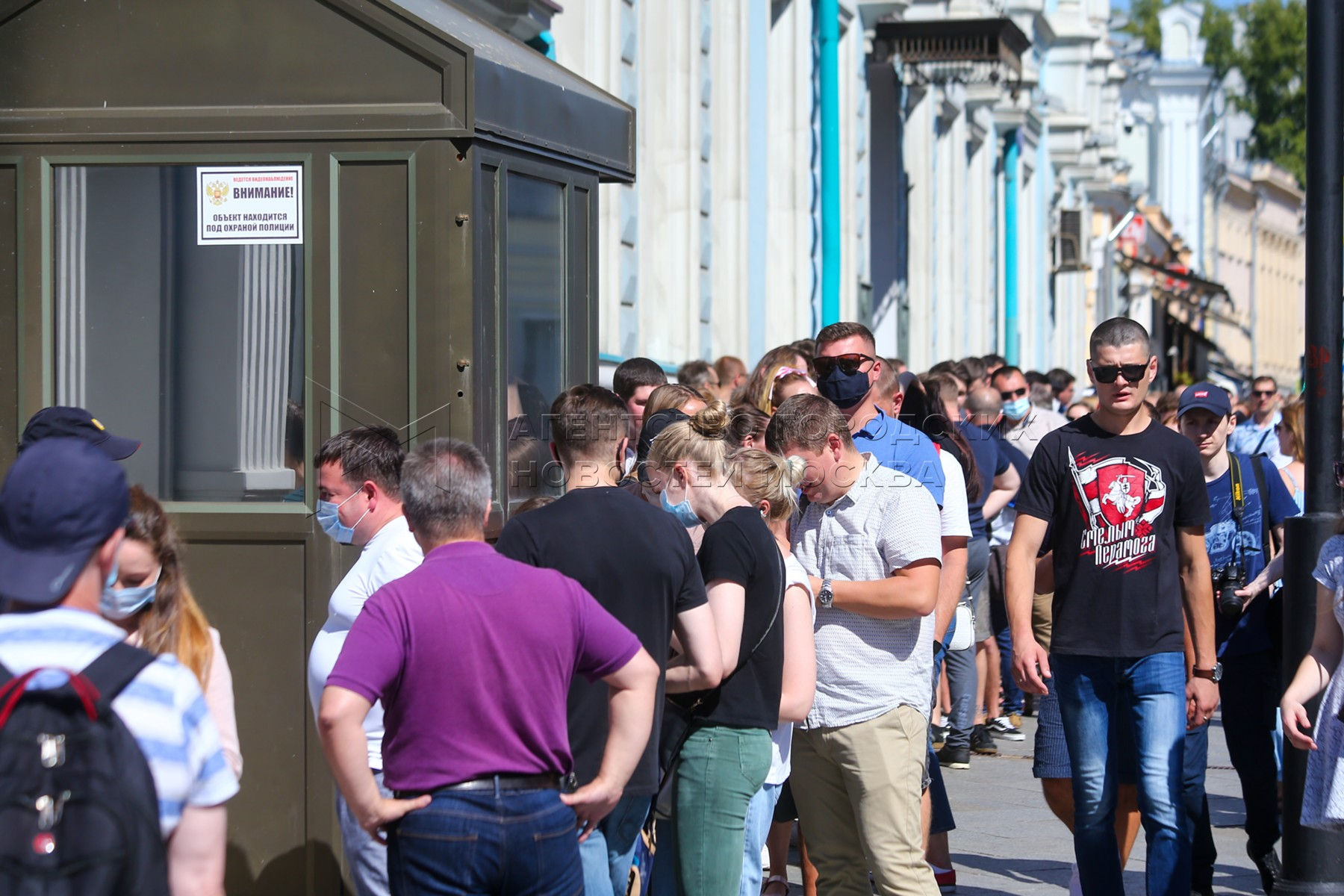 Очередь у посольства Белоруссии в центре Москвы в основной день выборов президента Белоруссии.