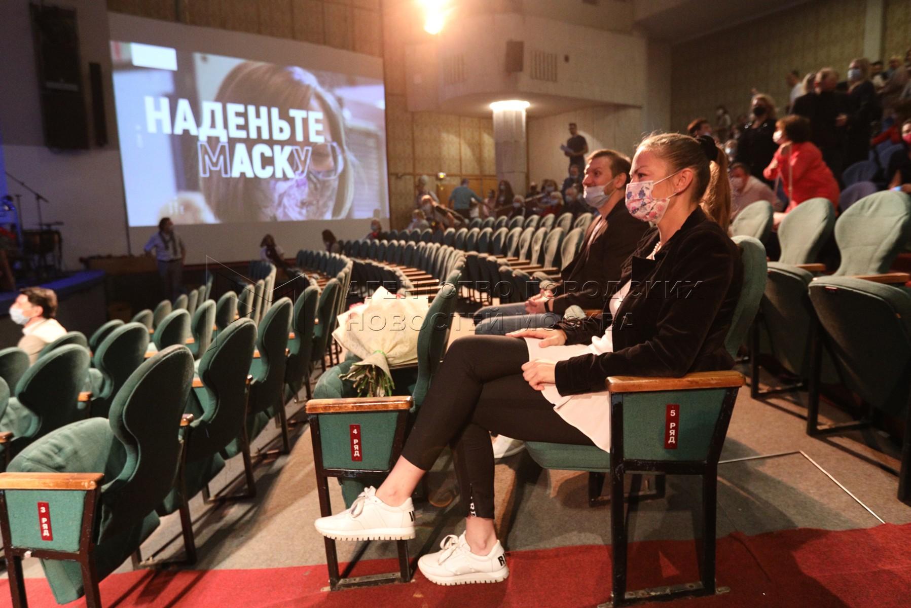 Главный дирижер театра Алевтина Иоффе во время сбора труппы в Московском государственном академическом детском музыкальном театре имени Наталии Сац.