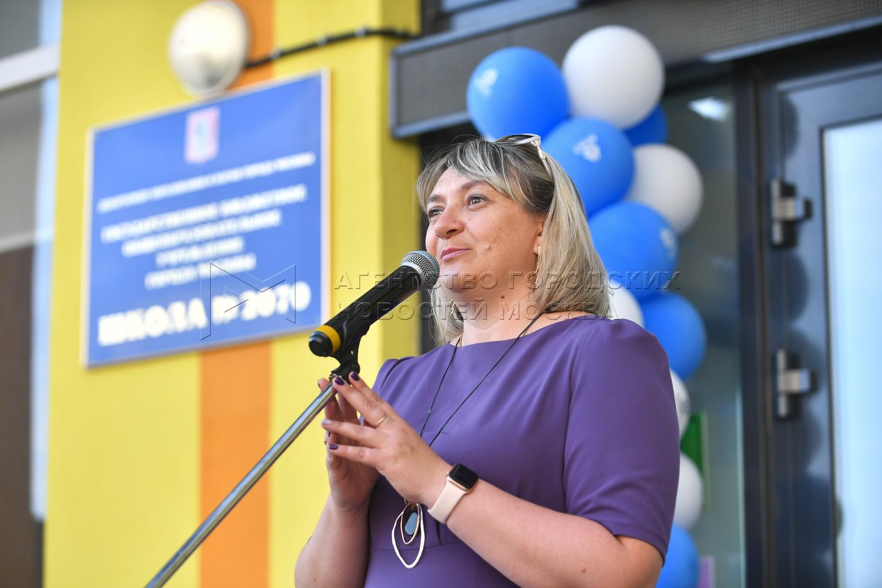 Директор школы №2070 Ольга Афанасьева во время торжественной передачи ключа от муниципальной общеобразовательной школы №2070 департаменту образования и науки Москвы.