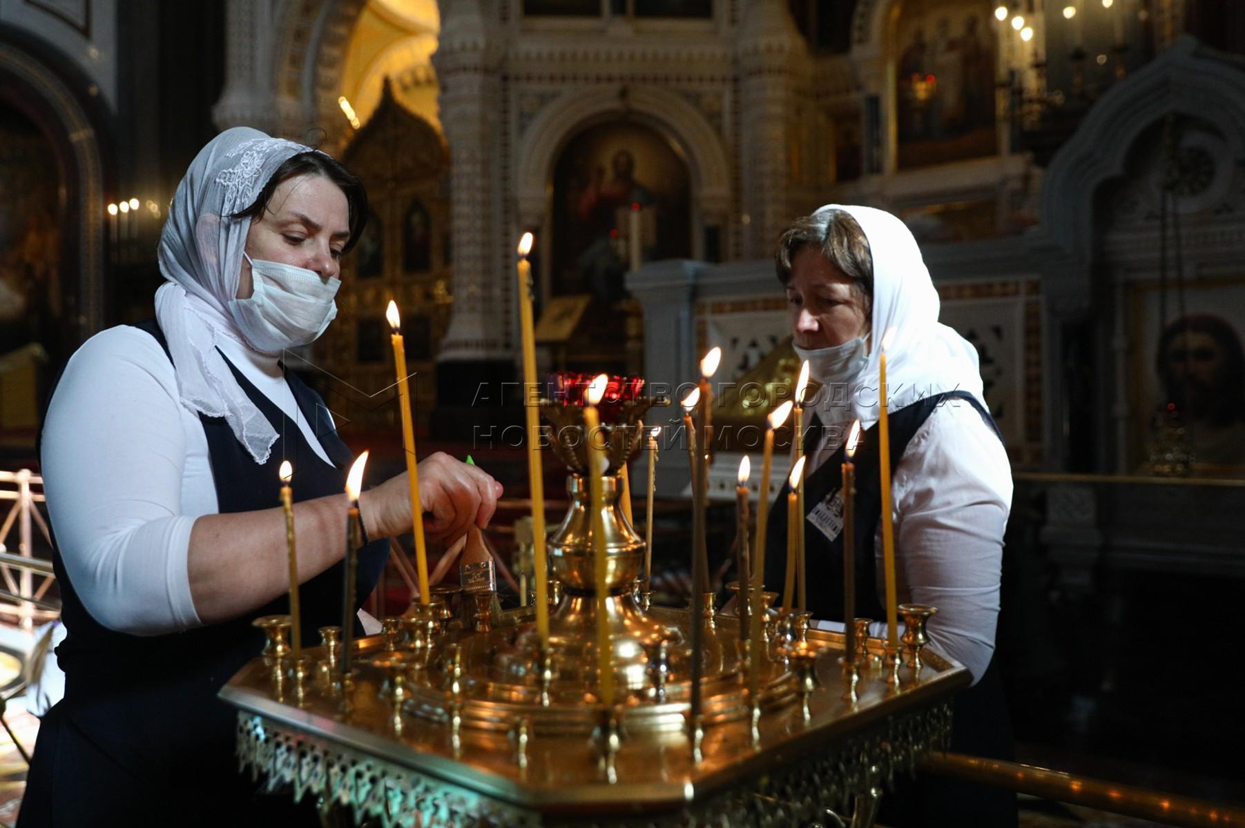 Верующие в храме Христа Спасителя в Москве.