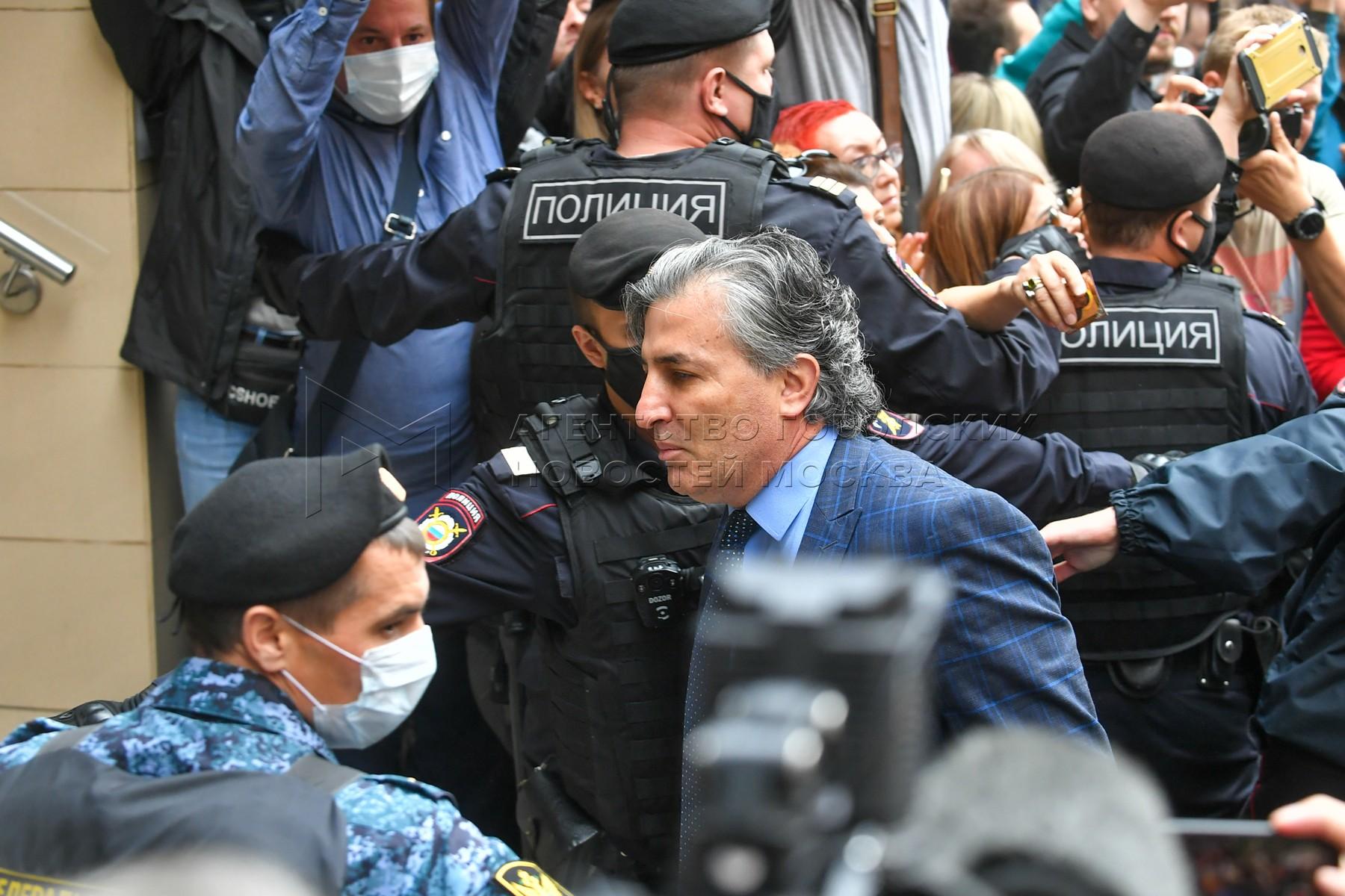 Адвокат Эльман Пашаев у здания Пресненского суда, где проходит оглашение приговора актеру Михаилу Ефремову по делу о смертельном ДТП на Смоленской площади.