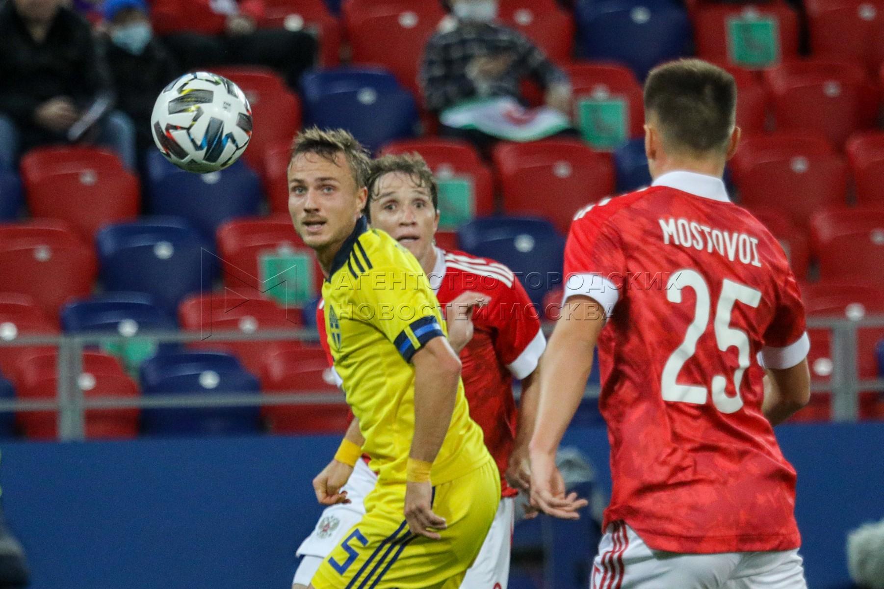 Игроки слева направо - Пьер Бенгтссон (Швеция), Марио Фернандес (Россия) и Андрей Мостовой (Россия) во время контрольного матча по футболу между национальными сборными России и Швеции на стадионе «ВЭБ Арена».