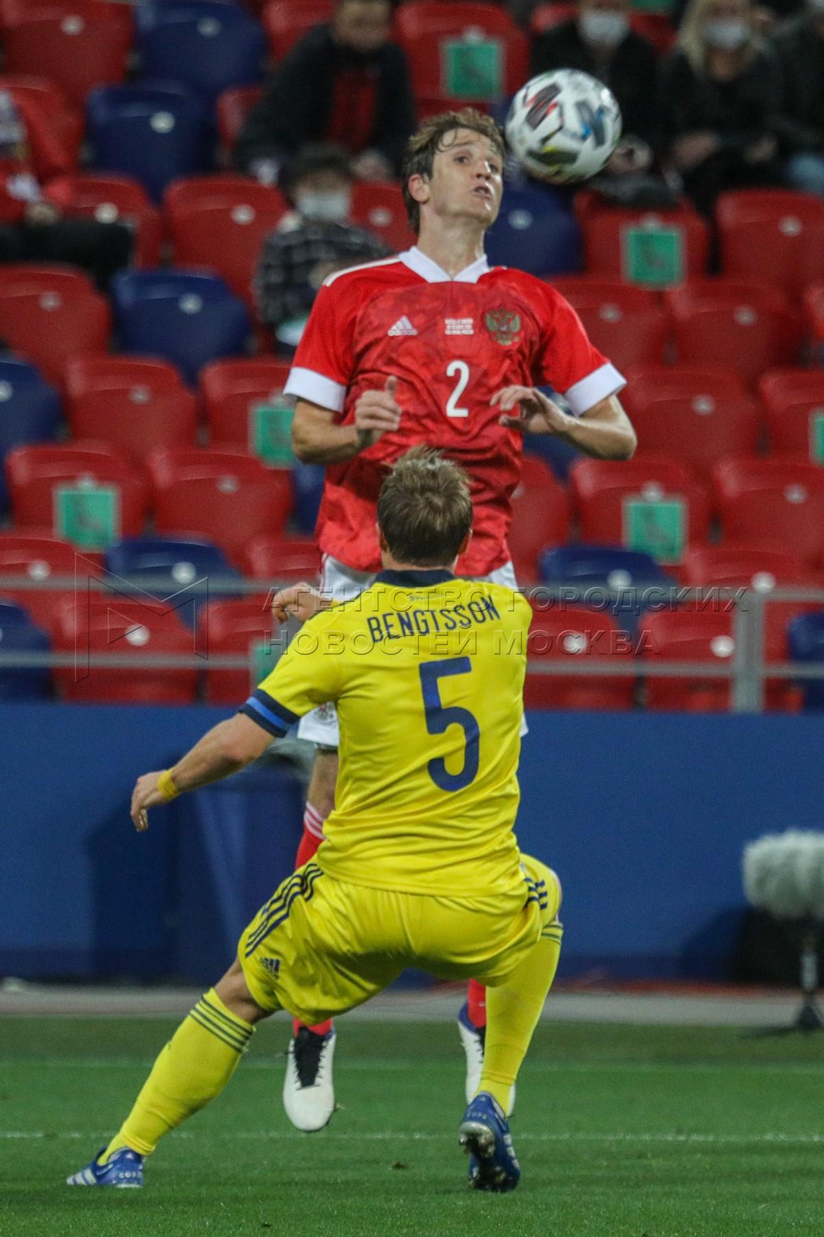 Игроки слева направо - Марио Фернандес (Россия) и Пьер Бенгтссон (Швеция) во время контрольного матча по футболу между национальными сборными России и Швеции на стадионе «ВЭБ Арена».