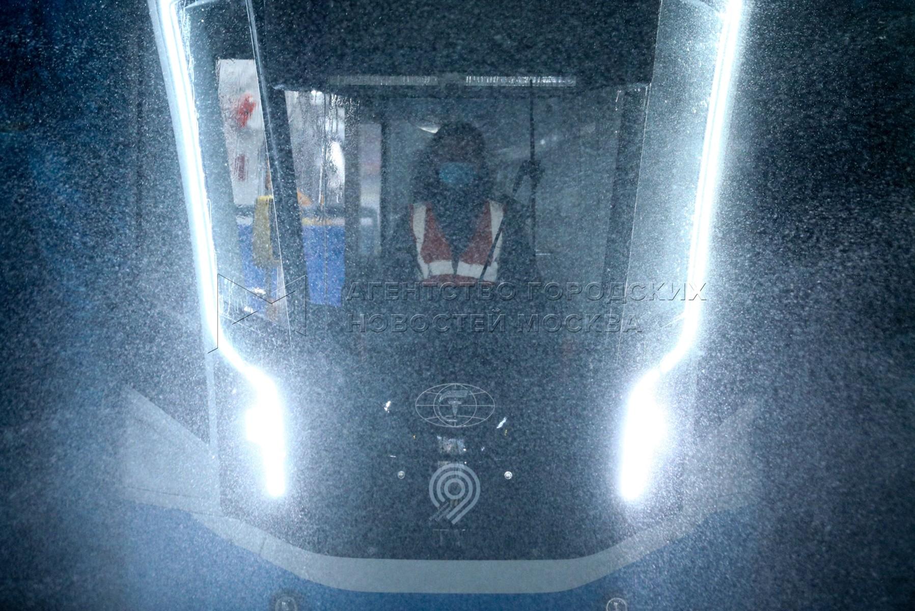 Дезинфекция трамваев для предупреждения распространения коронавирусной инфекции в депо имени Баумана.