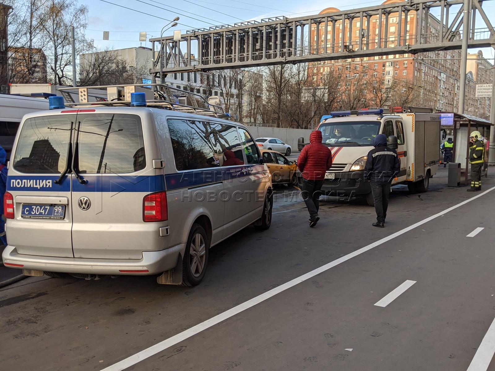 Последствия ДТП с участием автомобиля такси и рейсового автобуса на ул. Большая Академическая.