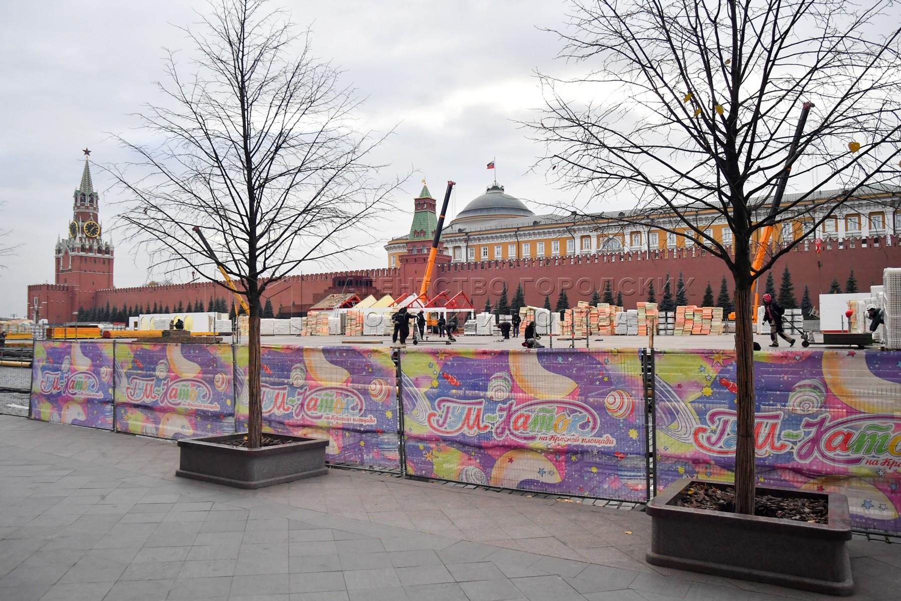Монтаж ГУМ-катка на Красной площади.