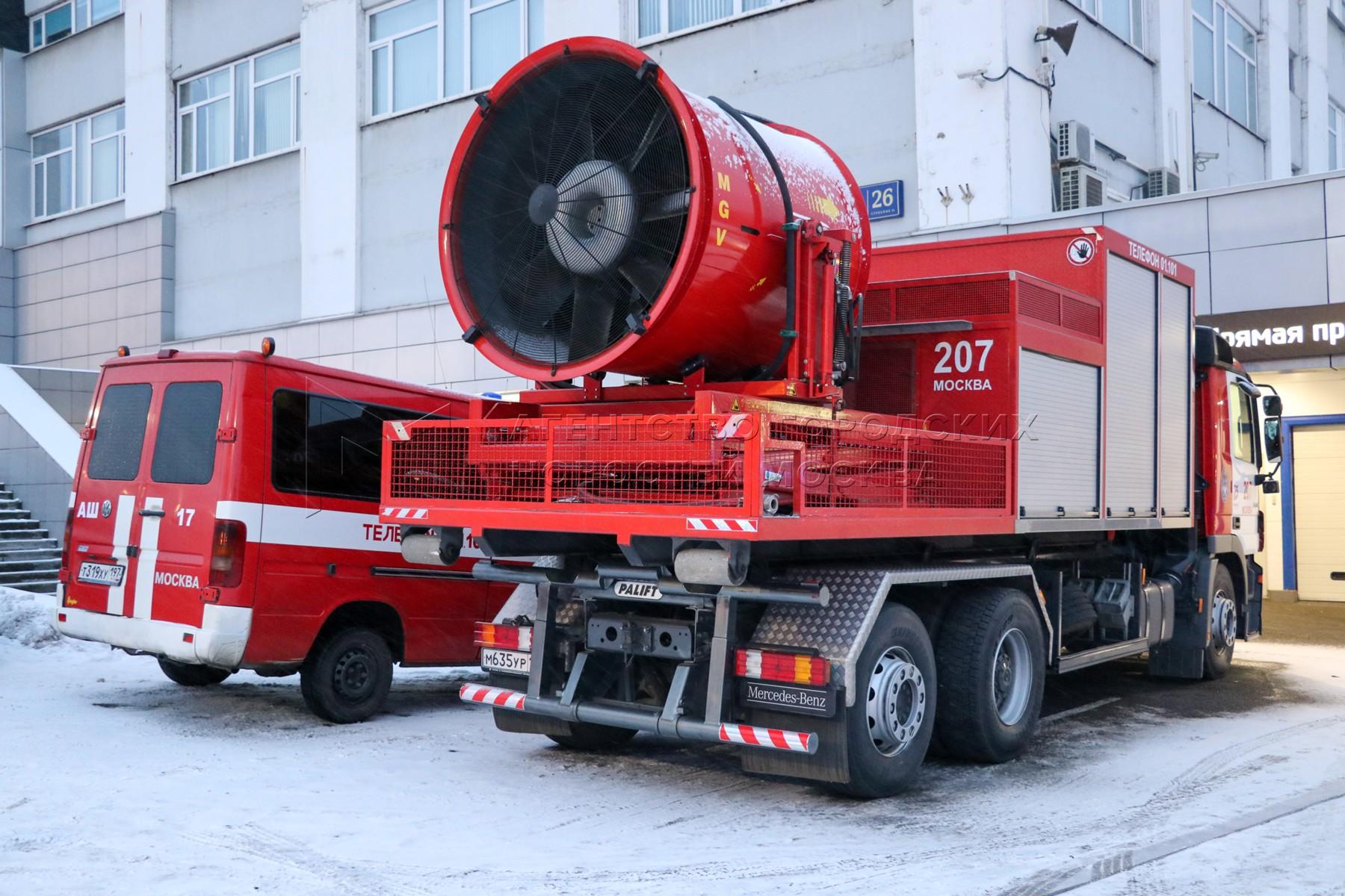 Пожарные расчеты на месте возгорания склада на территории промзоны по адресу: Варшавское шоссе, д. 26, с. 12.