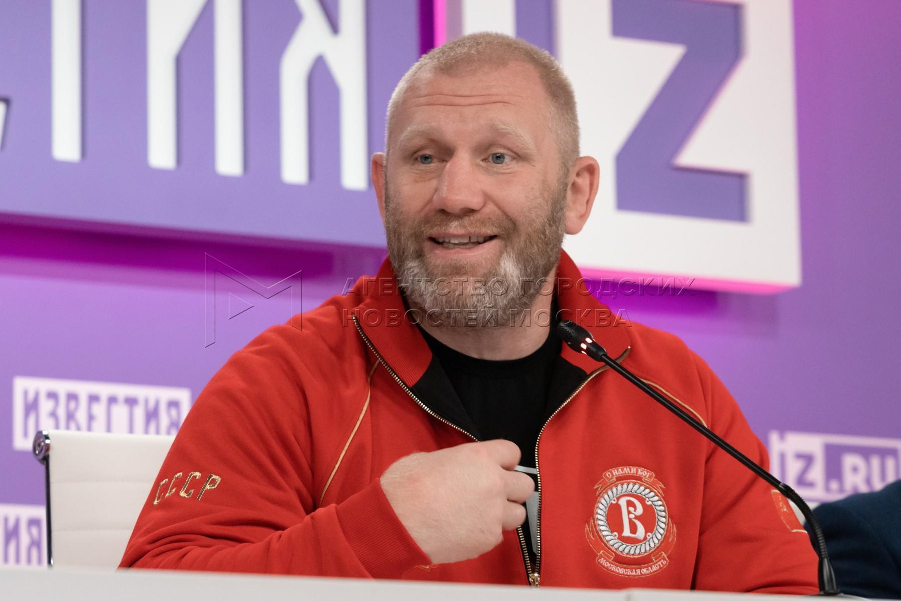 Боец ММА Сергей Харитонов во время пресс-конференции о причинах конфликта с Адамом Яндиевым, ходе расследования дела и дальнейших планах.