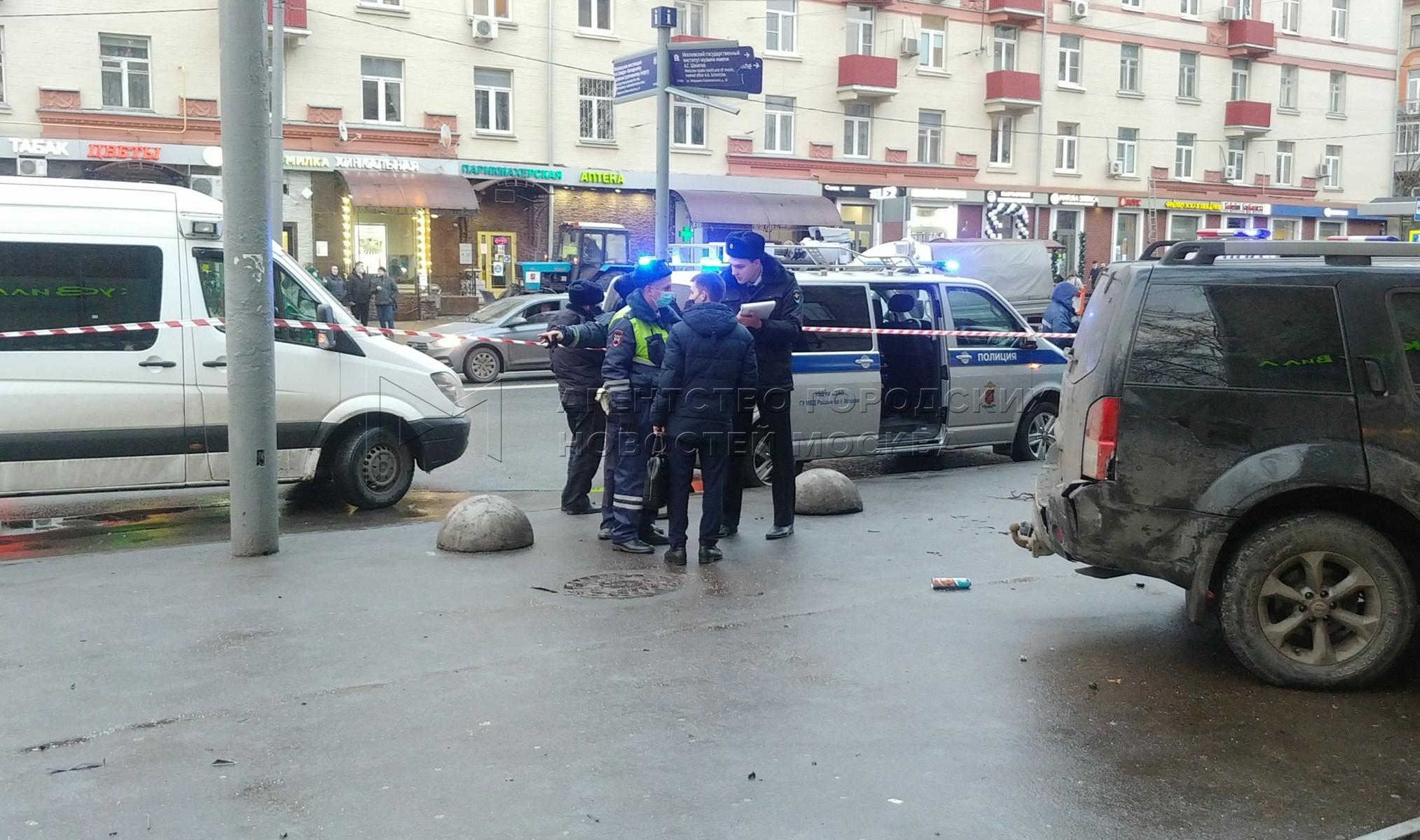 Последствия ДТП на северо-западе столицы, в результате которого погиб один пешеход и двое получили травмы.