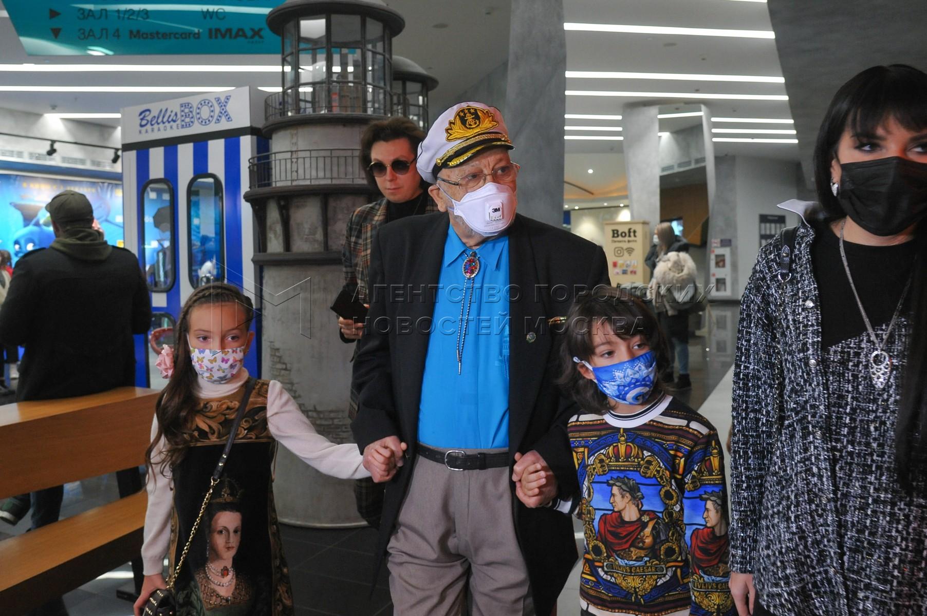 Певец Бедрос Киркоров с внуками Аллой-Викторией и Мартином-Кристо на премьере анимационного фильма «Полное погружение» в кинотеатре «Формула Кино на Кутузовском».