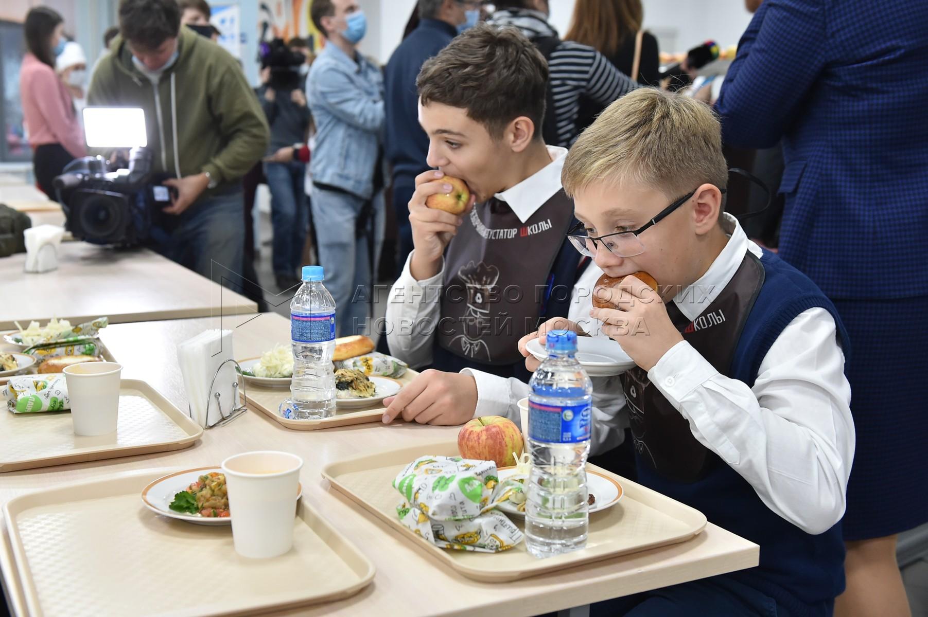 Акция проекта «Шеф в школе: Перезагрузка школьного питания» с участием ведущего кулинарного шоу Константина Ивлева в школе №17 в Одинцово.