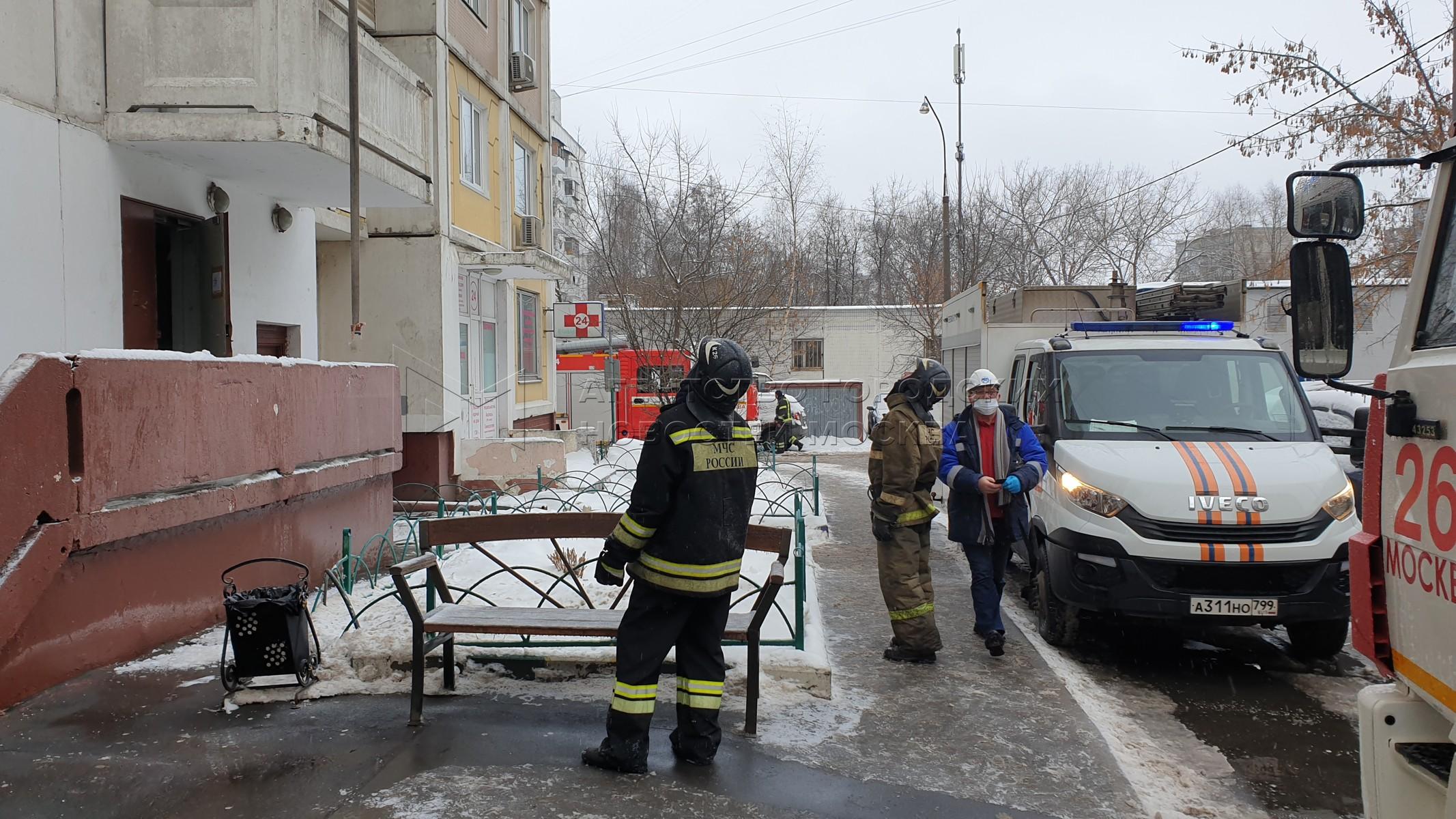 Пожарно-спасательные подразделения на месте пожара в квартире жилого дома на ул. 15-я Парковая, д. 38.