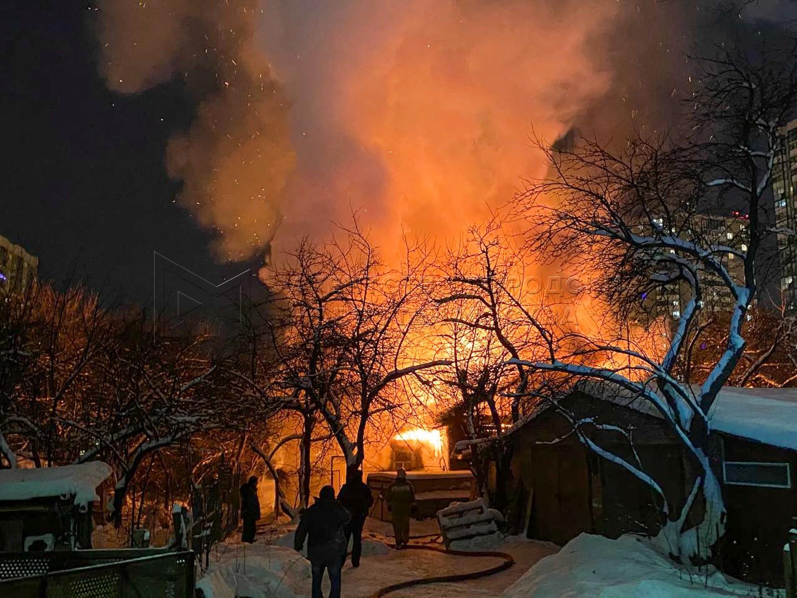 Пожарные расчеты на месте возгорания жилого дома в частном секторе на бульваре Космонавтов в Красногорске.
