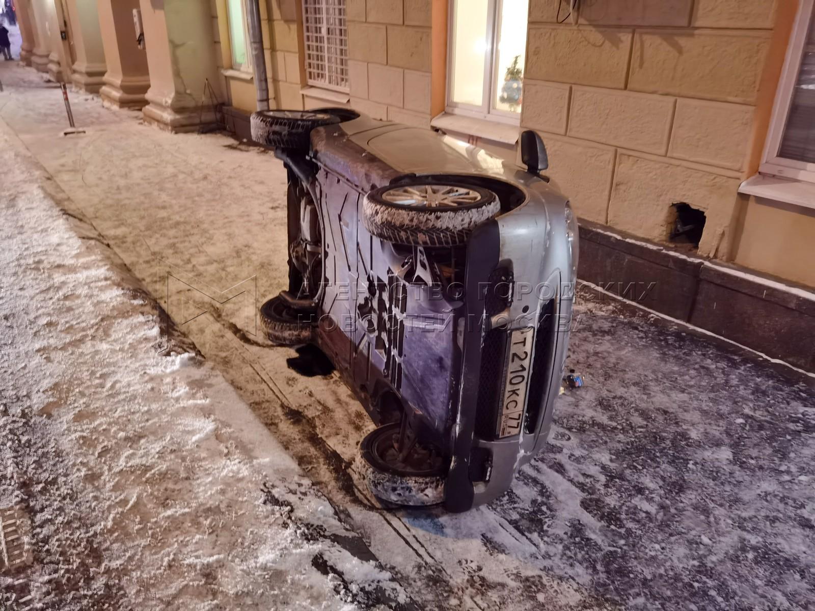 Последствия ДТП с участием опрокинувшегося на бок автомобиля Smart в районе д. 24 на Фрунзенской набережной.
