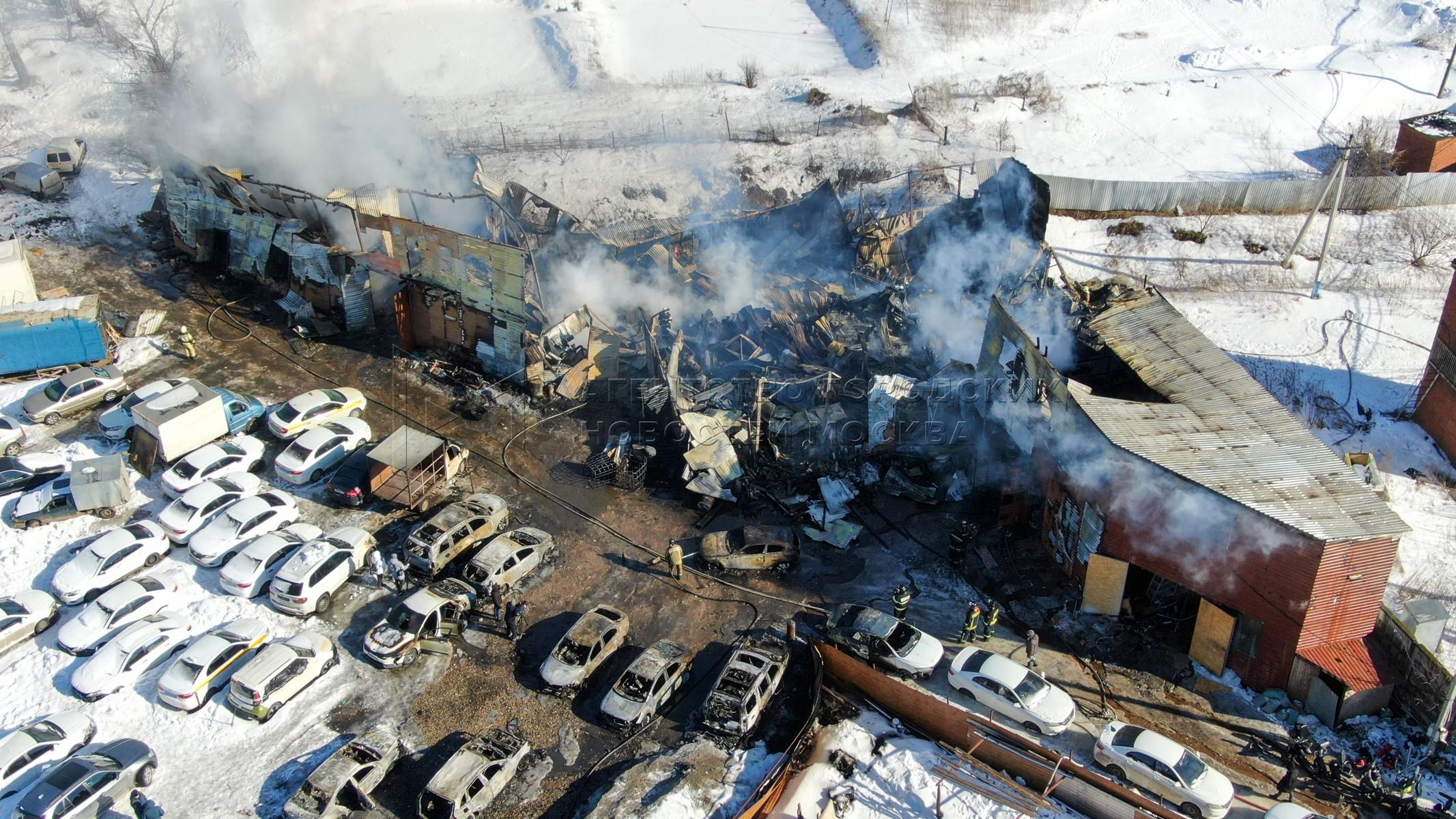 Вид с квадрокоптера на последствия пожара на площади 1,5 тыс. кв. м в автосервисе в дер. Калиновка на территории Ленинского городского округа, где в результате огнем было повреждено более 20 автомобилей.